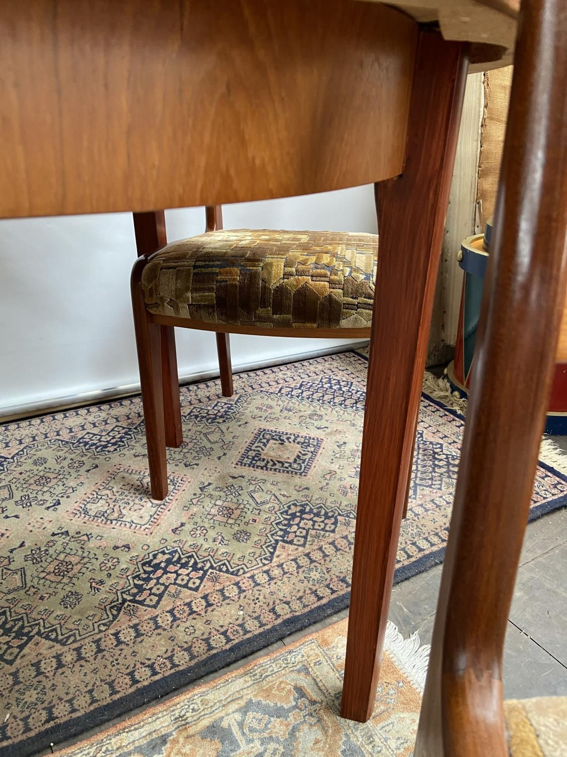 A mid century table & 4 chairs [74x150x100cm] [chair height, 92cm] - Image 7 of 7