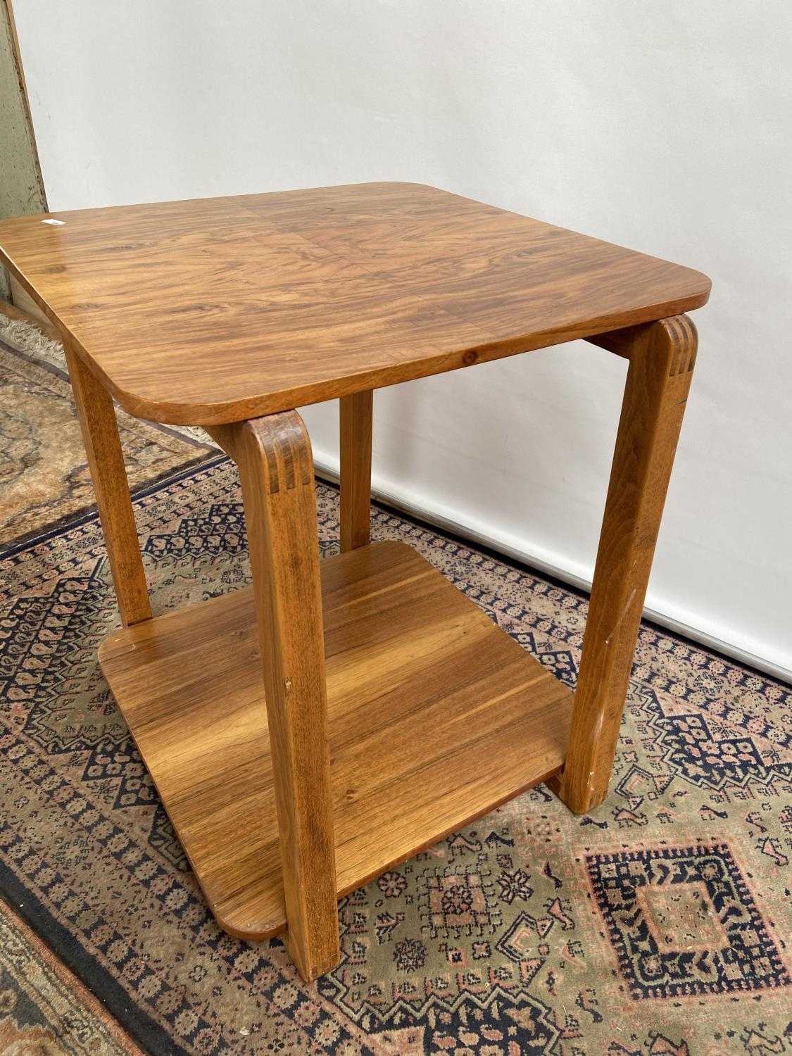 A stylish mid century two tier table [60x50x50cm] - Image 4 of 4