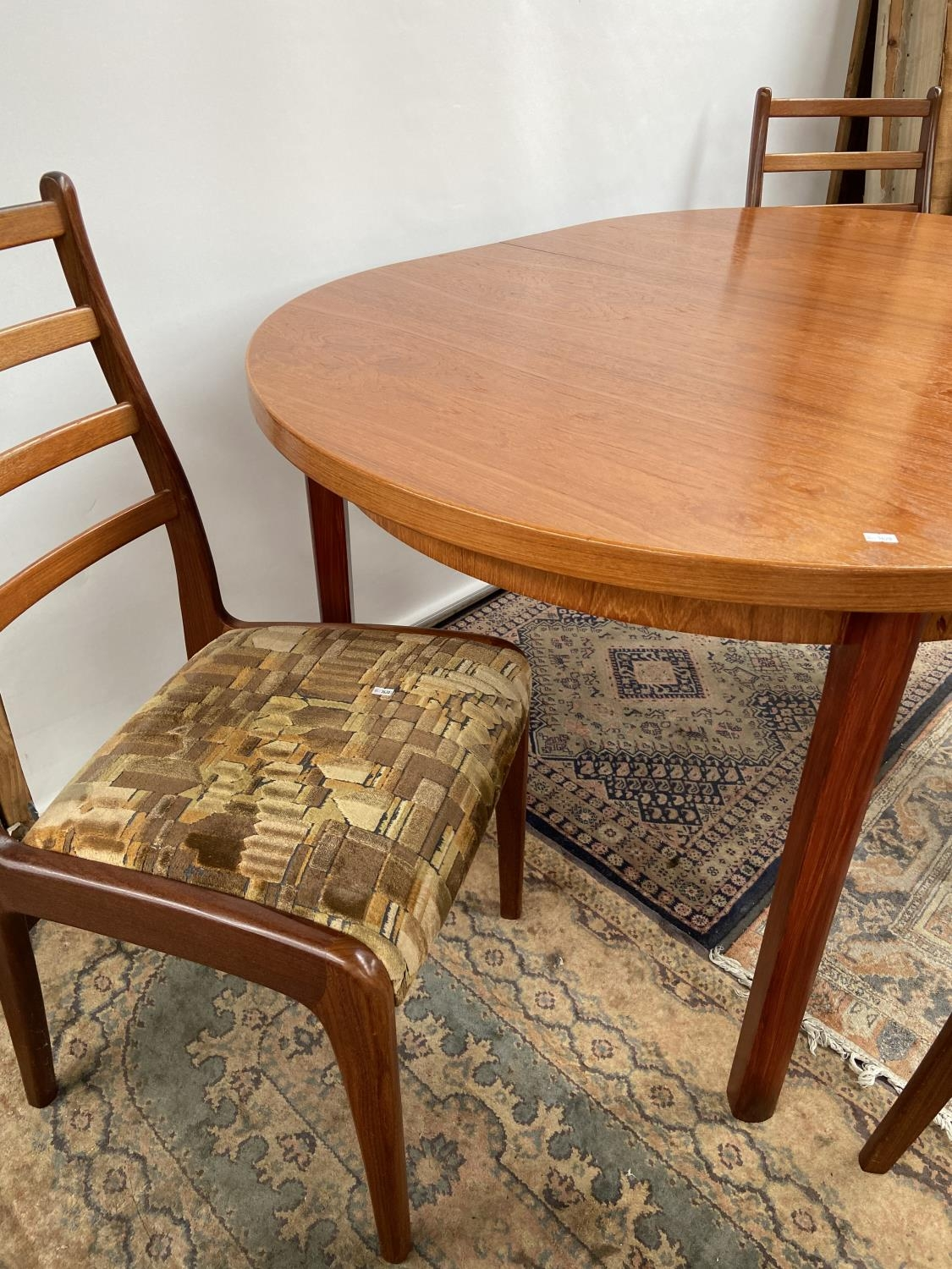 A mid century table & 4 chairs [74x150x100cm] [chair height, 92cm] - Image 3 of 7