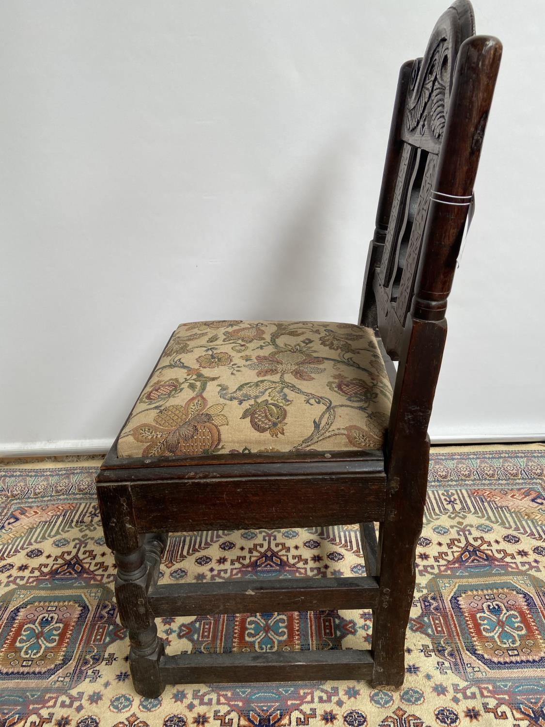 French carved walnut side chair [early 18th century] with a scroll-carved top rail above carved wavy - Image 3 of 6