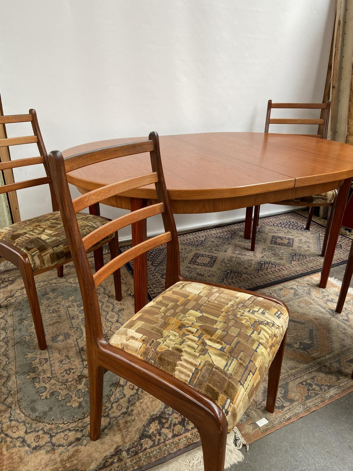 A mid century table & 4 chairs [74x150x100cm] [chair height, 92cm] - Image 2 of 7