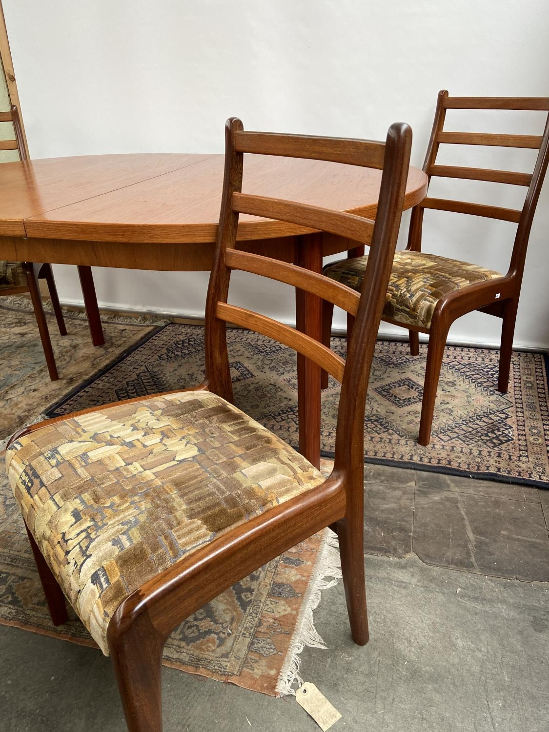 A mid century table & 4 chairs [74x150x100cm] [chair height, 92cm] - Image 4 of 7