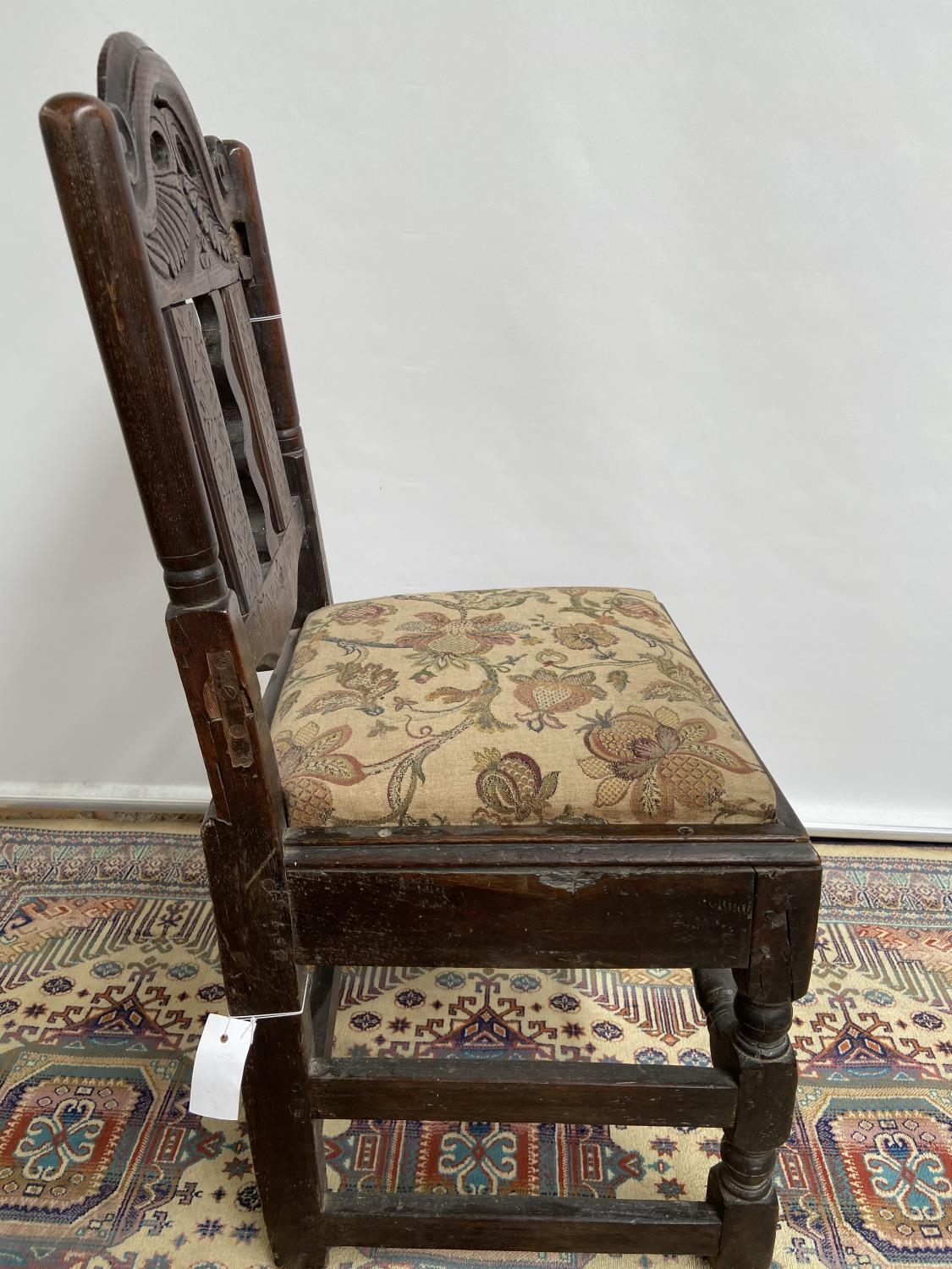 French carved walnut side chair [early 18th century] with a scroll-carved top rail above carved wavy - Image 5 of 6