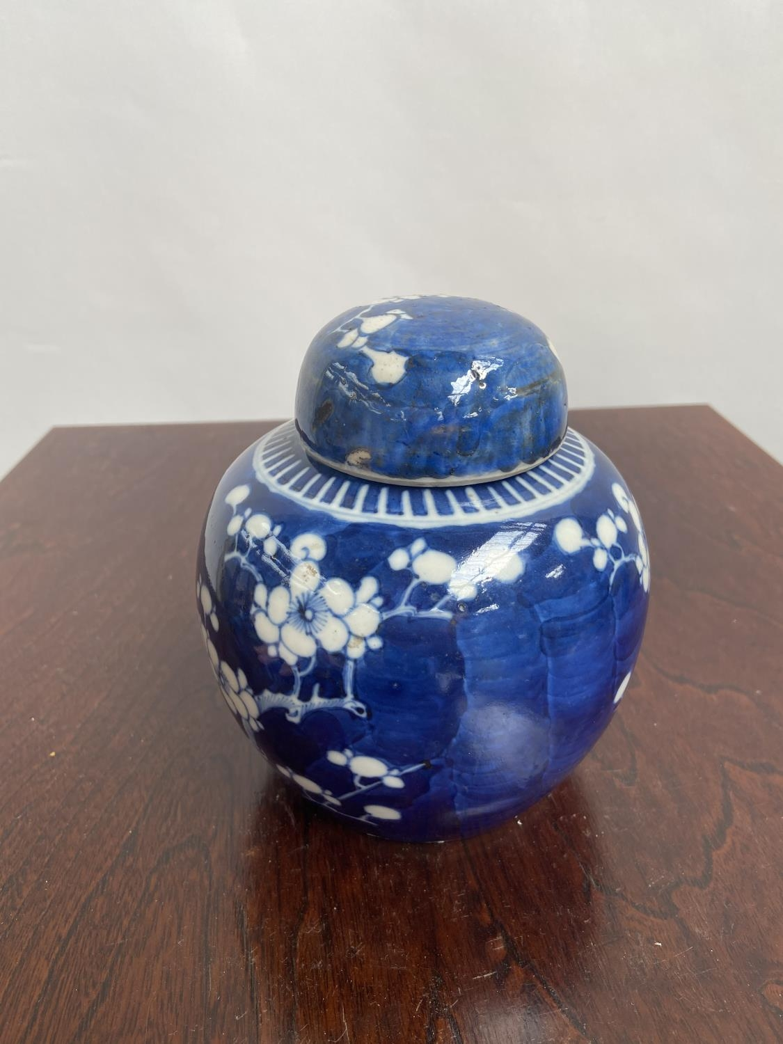 A Chinese blue and white preserve pot with lid, designed with cherry blossoms & double ring - Image 4 of 7