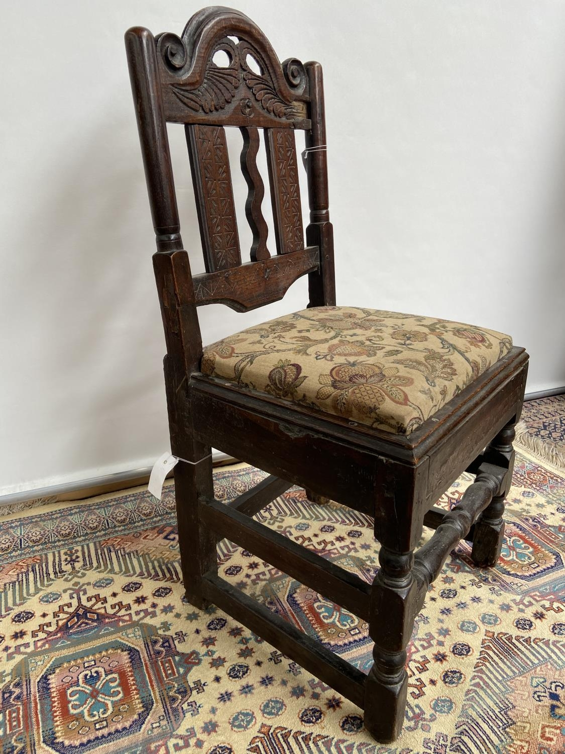 French carved walnut side chair [early 18th century] with a scroll-carved top rail above carved wavy - Image 2 of 6