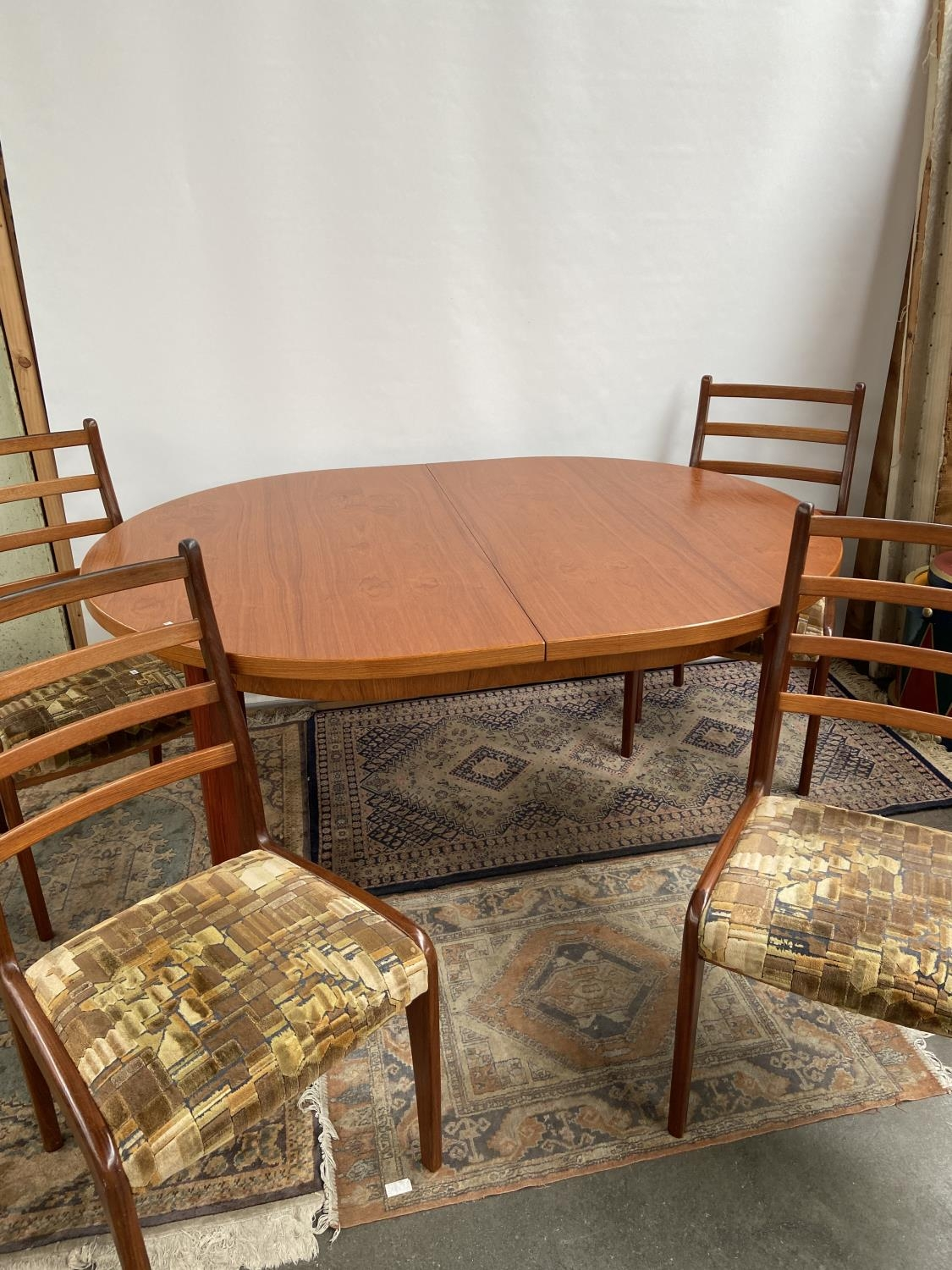 A mid century table & 4 chairs [74x150x100cm] [chair height, 92cm]