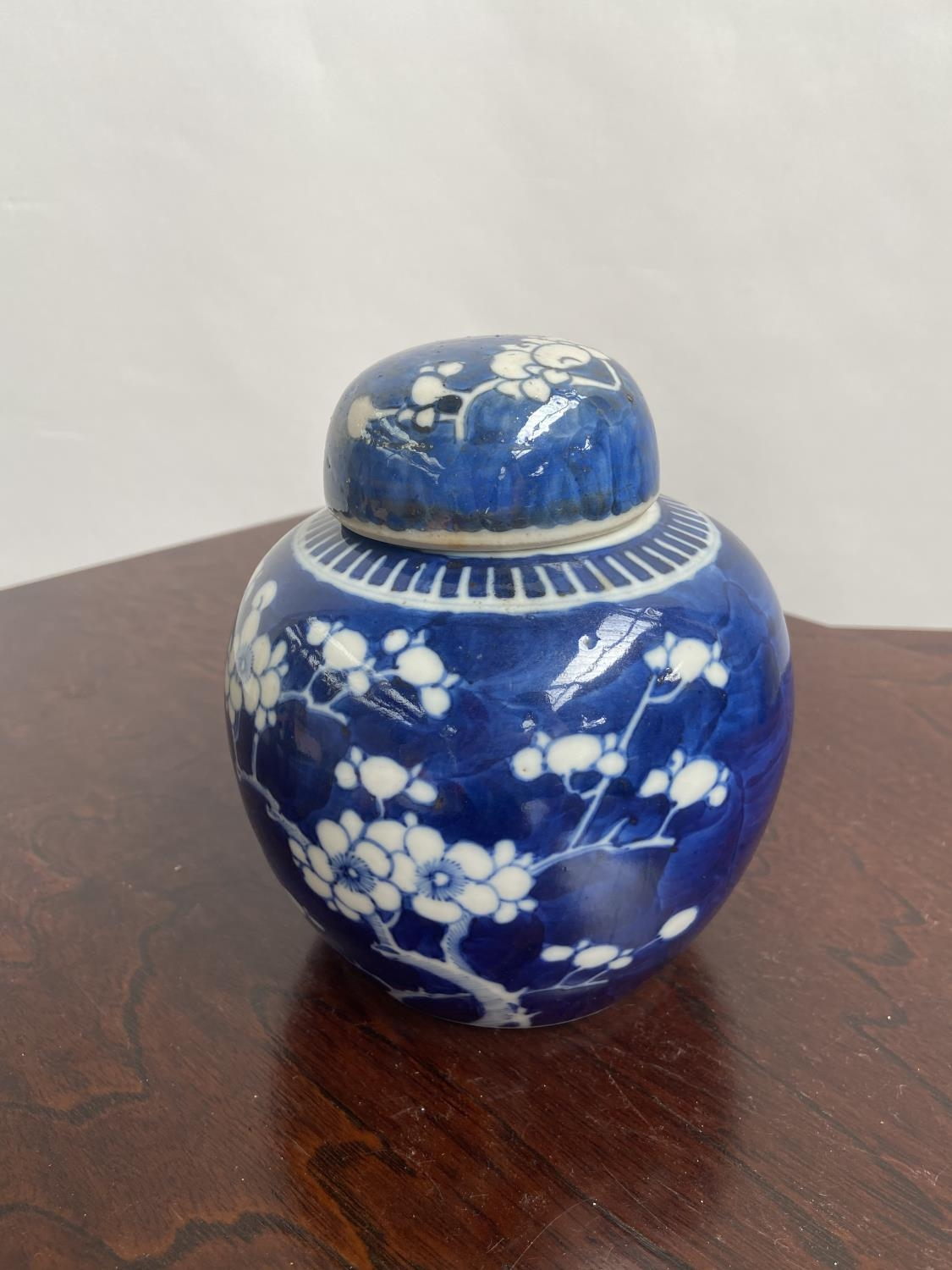 A Chinese blue and white preserve pot with lid, designed with cherry blossoms & double ring - Image 2 of 7