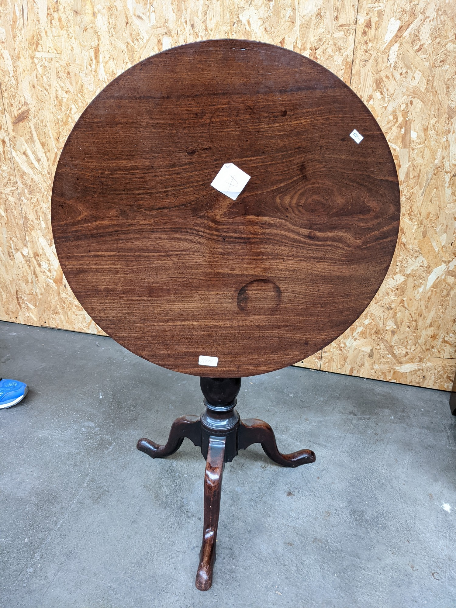 A mahogany circular flip top table supported on a tri leg [height, 67cm, diameter, 61cm] - Image 2 of 2