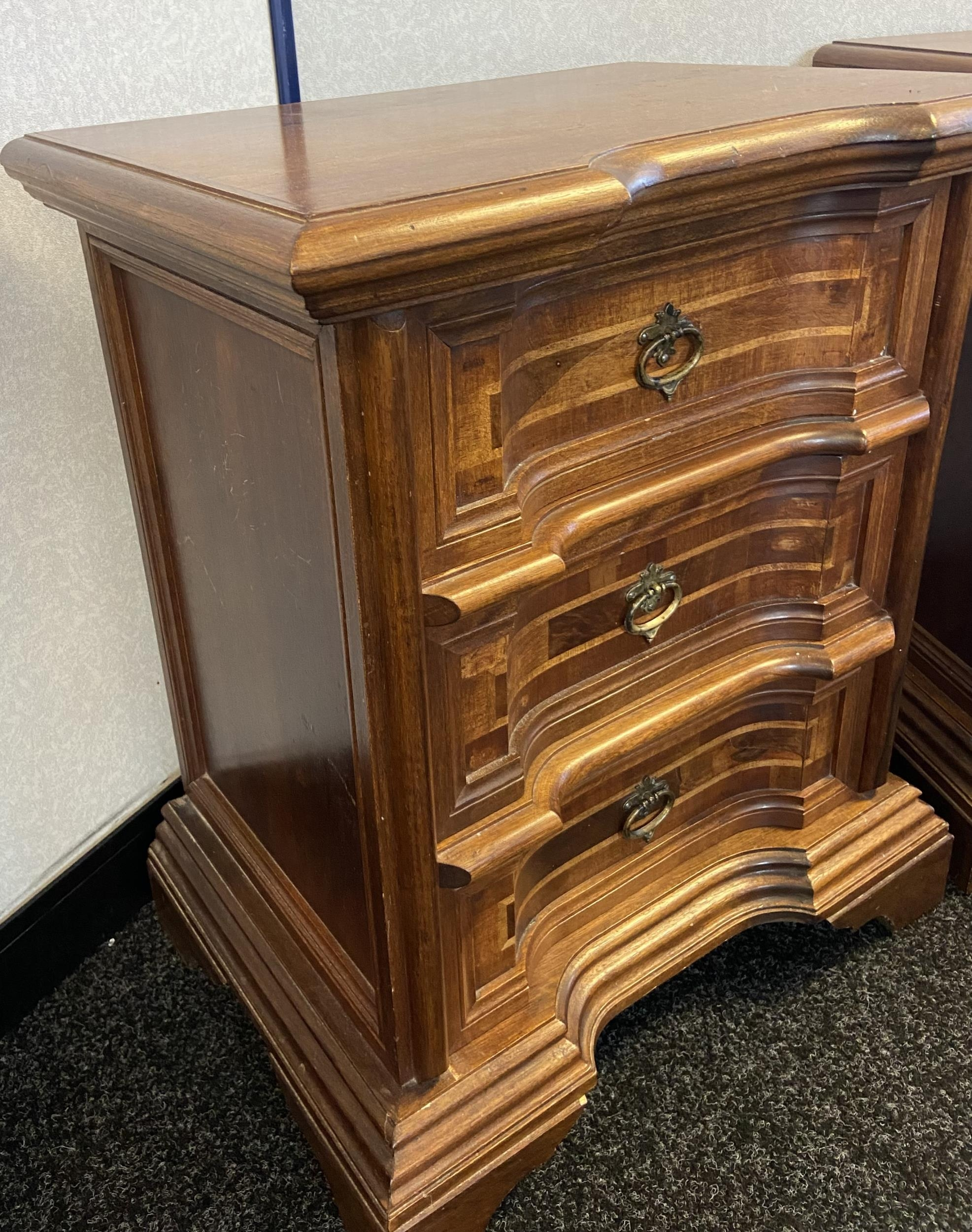 A Pair of reproduction antique style three drawer bedside chests. [68x60x40cm] - Image 4 of 4