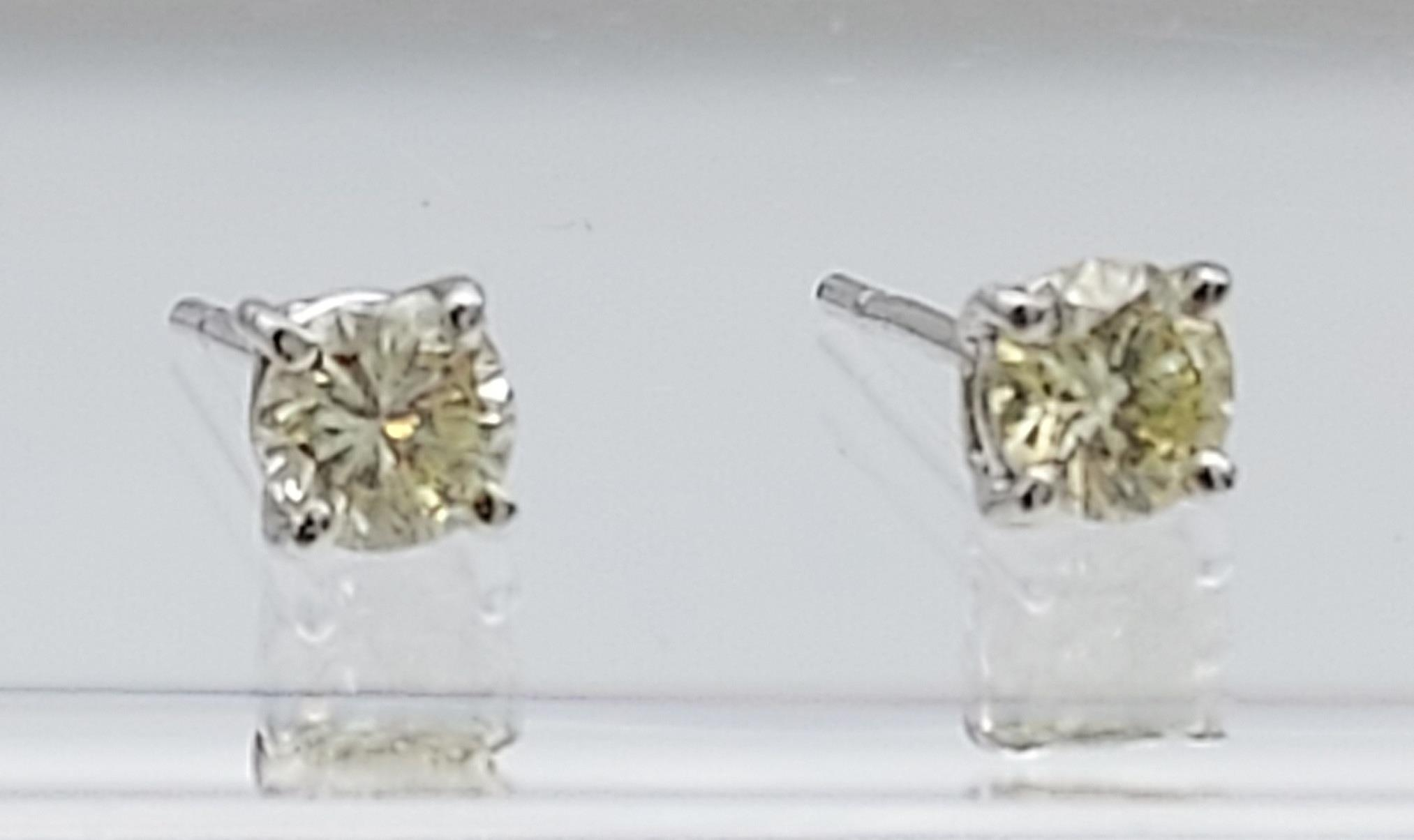 A pair of 14ct white gold diamond stud earrings [50] [0.61g] - Image 3 of 4