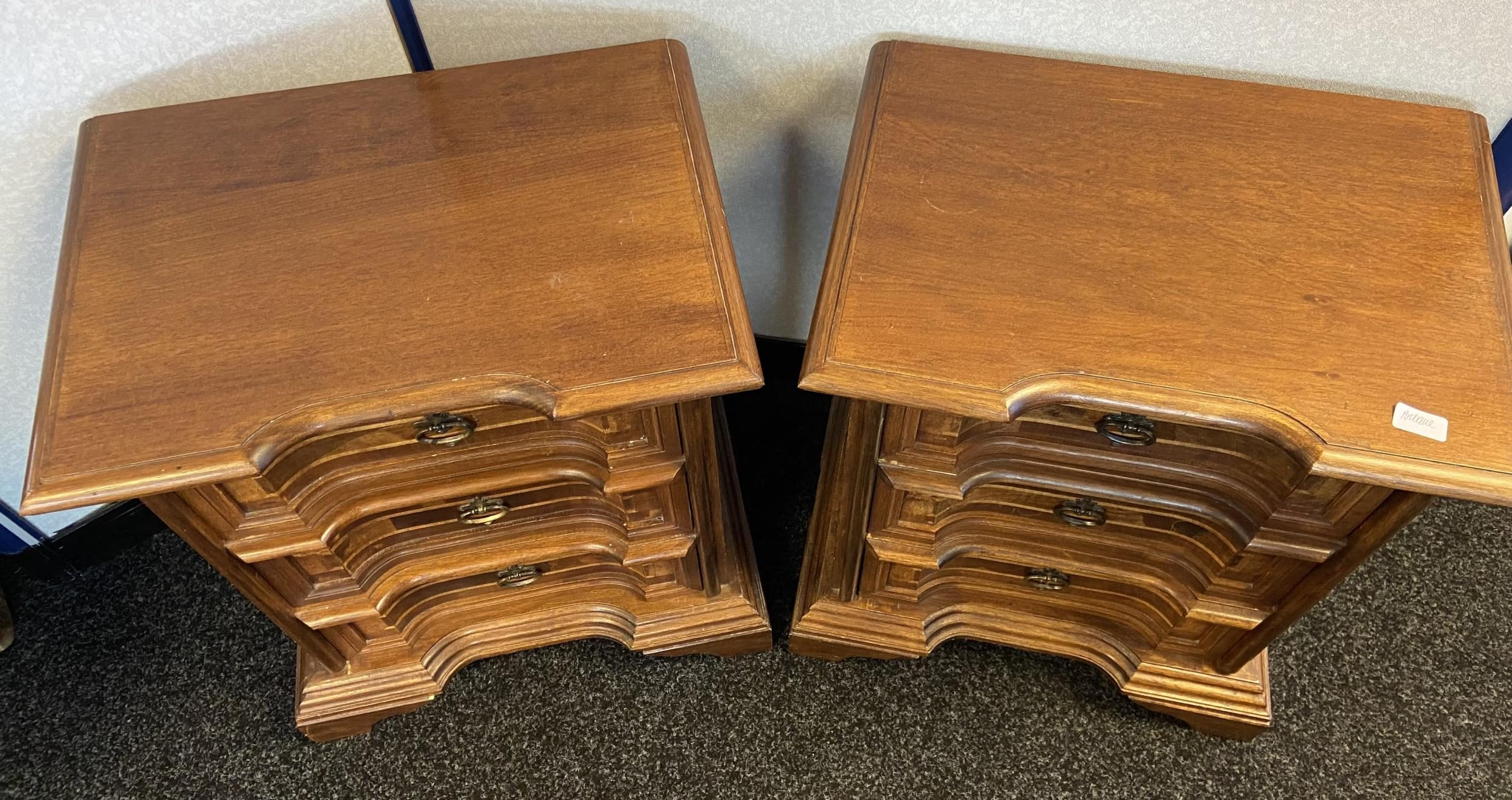 A Pair of reproduction antique style three drawer bedside chests. [68x60x40cm] - Image 3 of 4