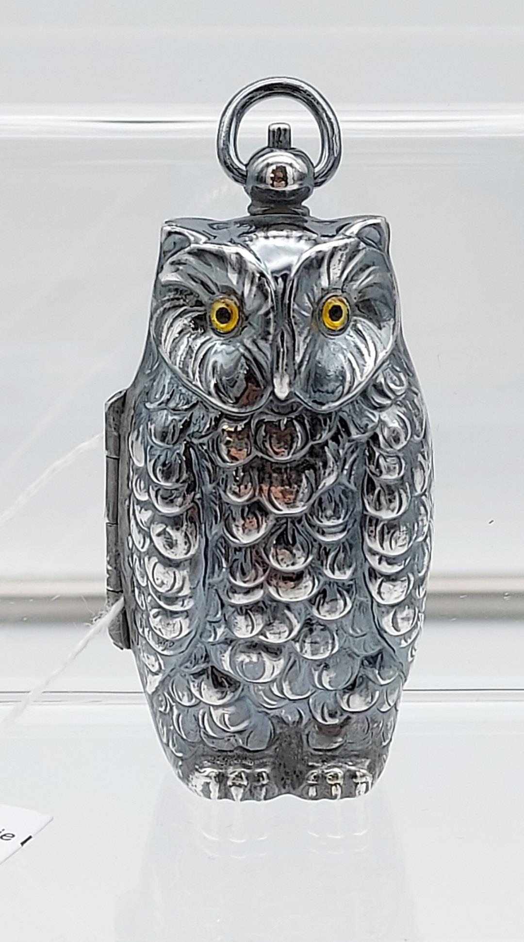 A silver plated owl shaped sovereign case [40.38g]