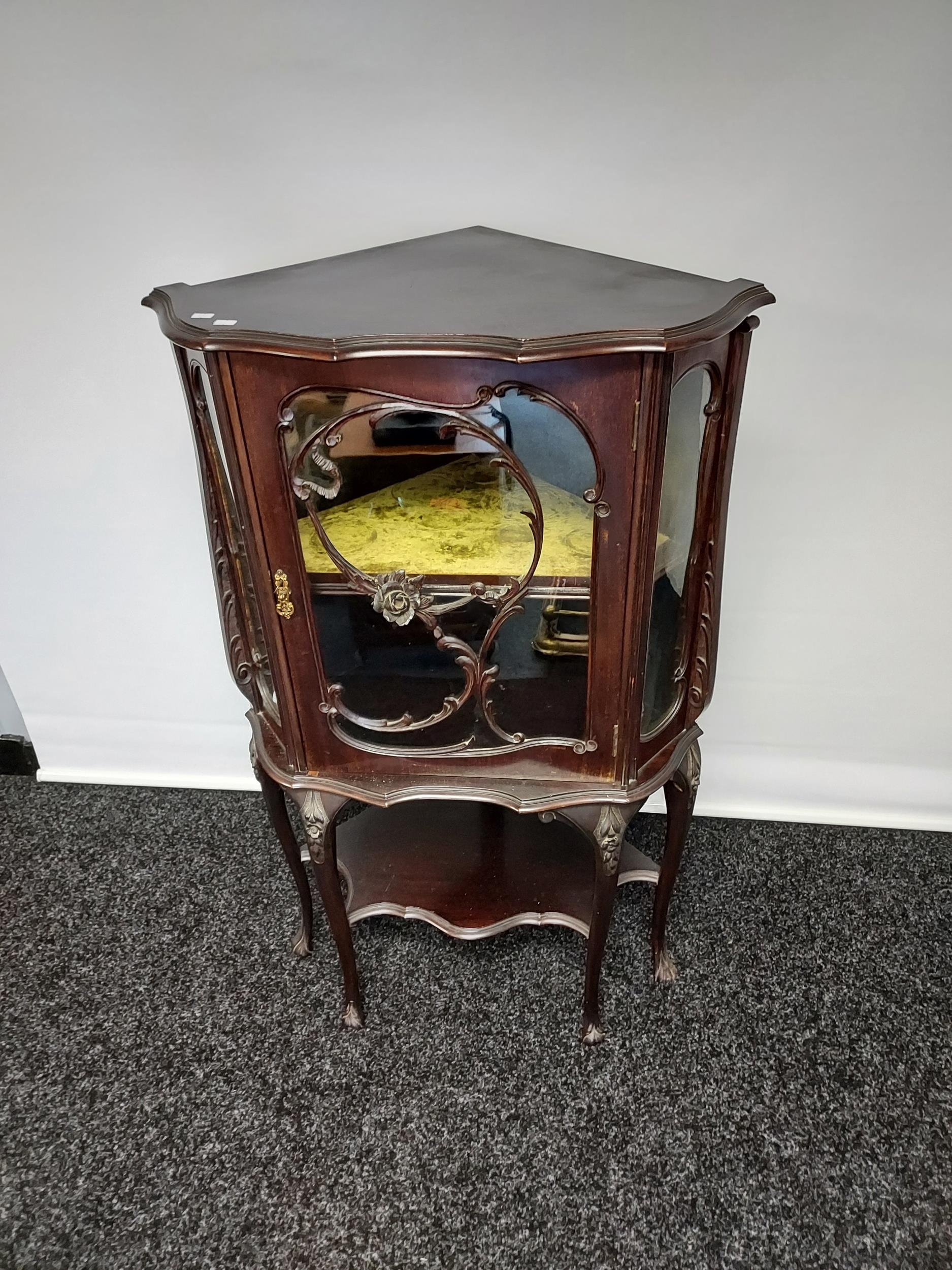 An antique Chippendale style ornate corner display cabinet. Comes with a key. [119x50x50cm]