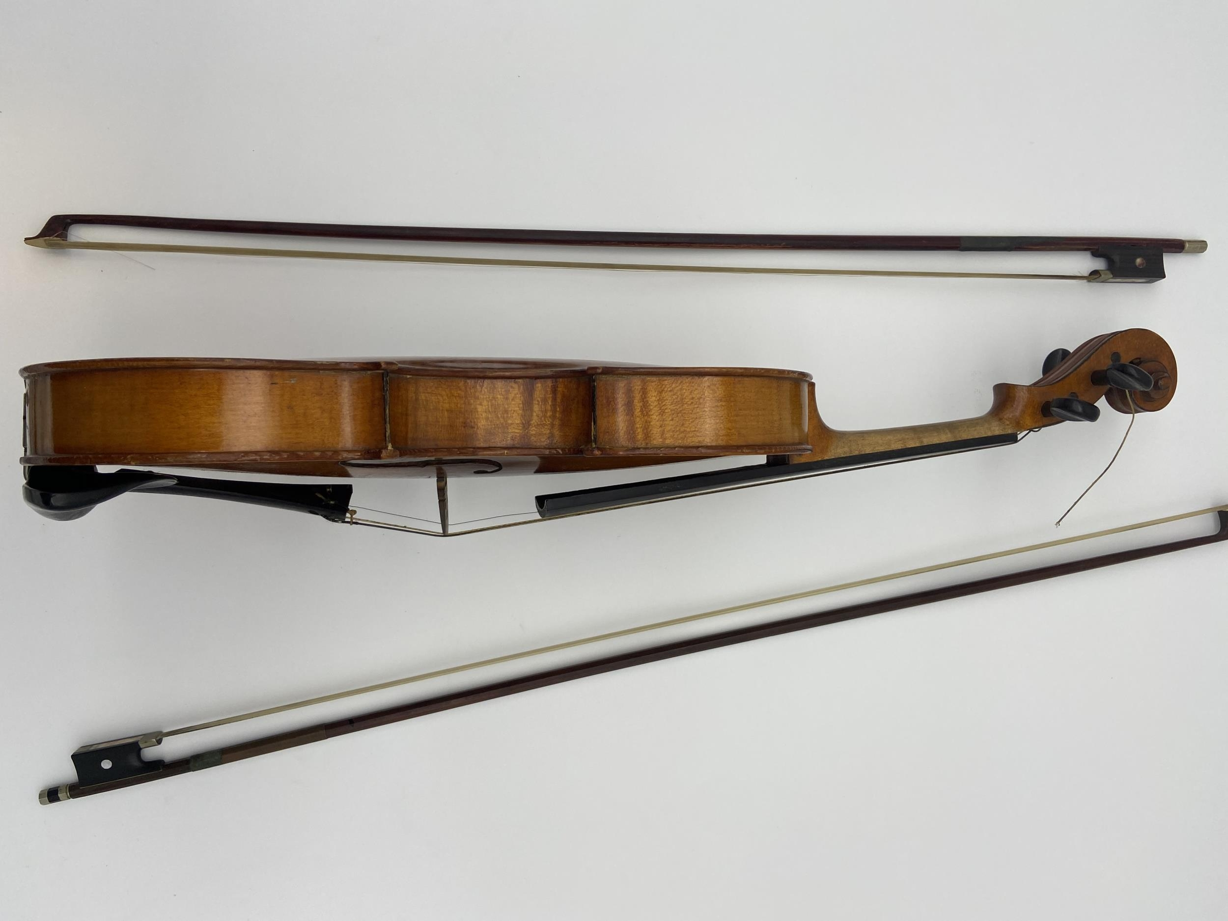 Antique Le Marquis Delair D'Oiseaux Anno Paris Violin with case and two bows. One bow is impressed - Image 7 of 10