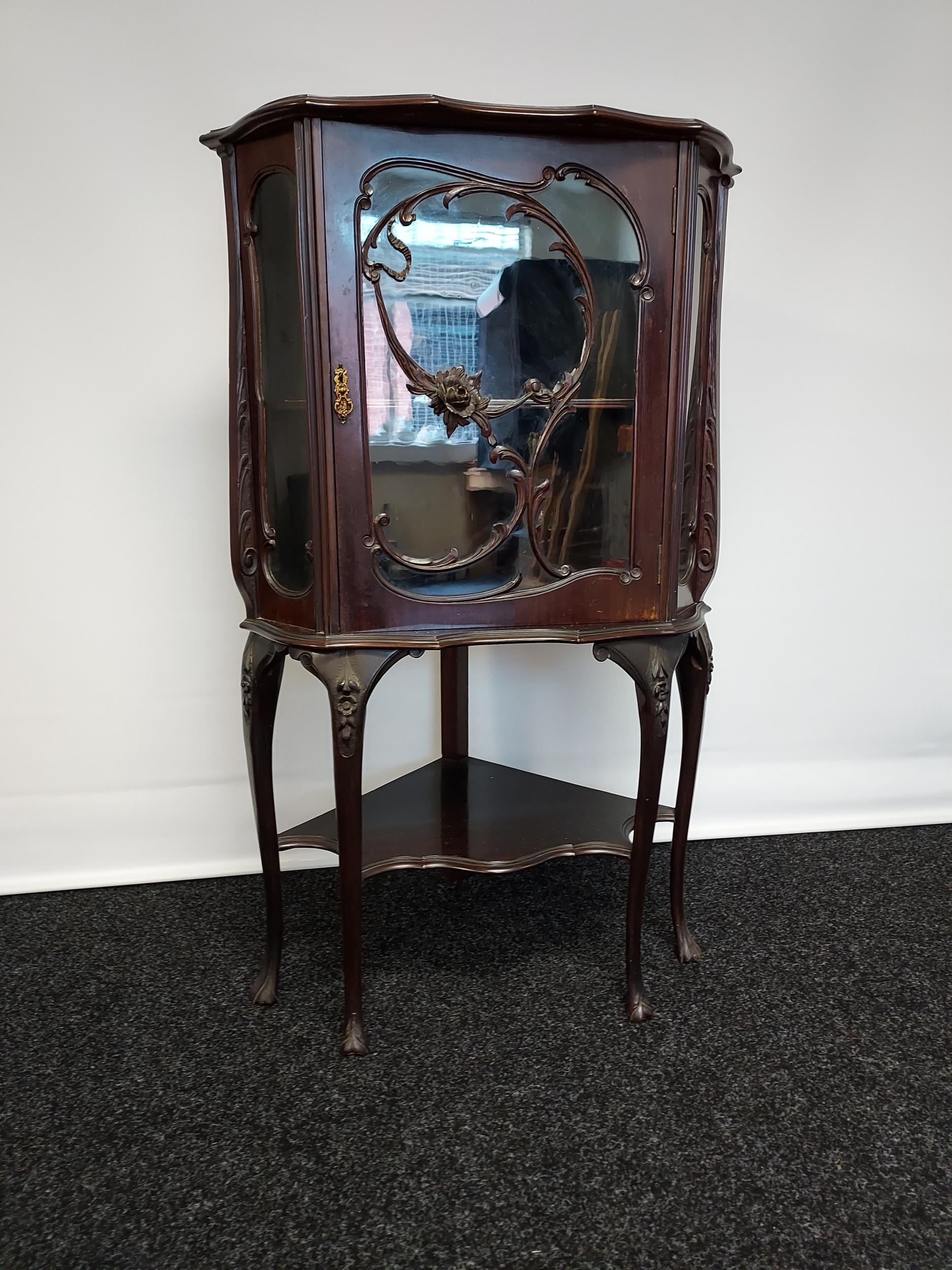 An antique Chippendale style ornate corner display cabinet. Comes with a key. [119x50x50cm] - Image 2 of 5