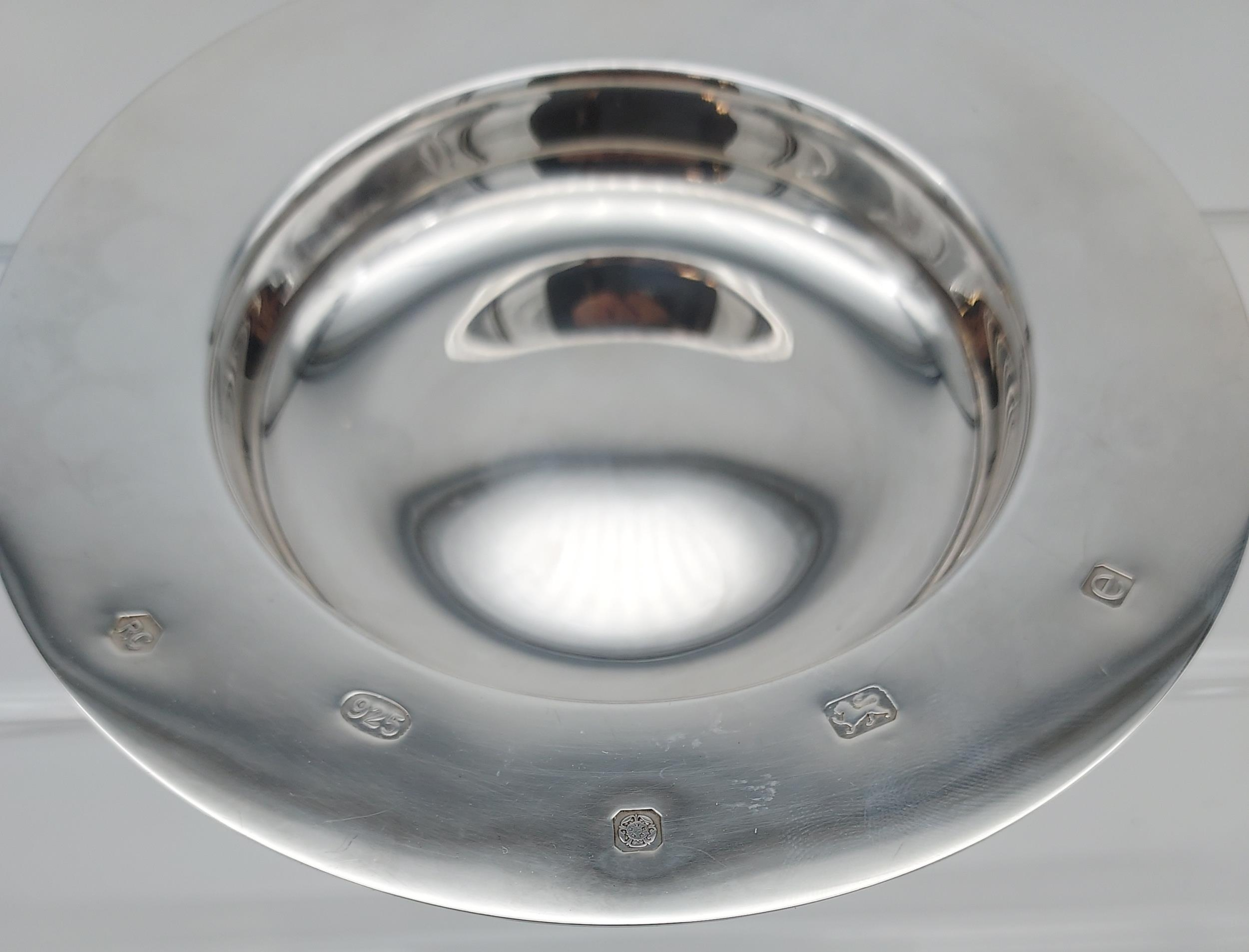 A Sheffield silver dish. [13cm in diameter] [[107.31grams] - Image 4 of 7