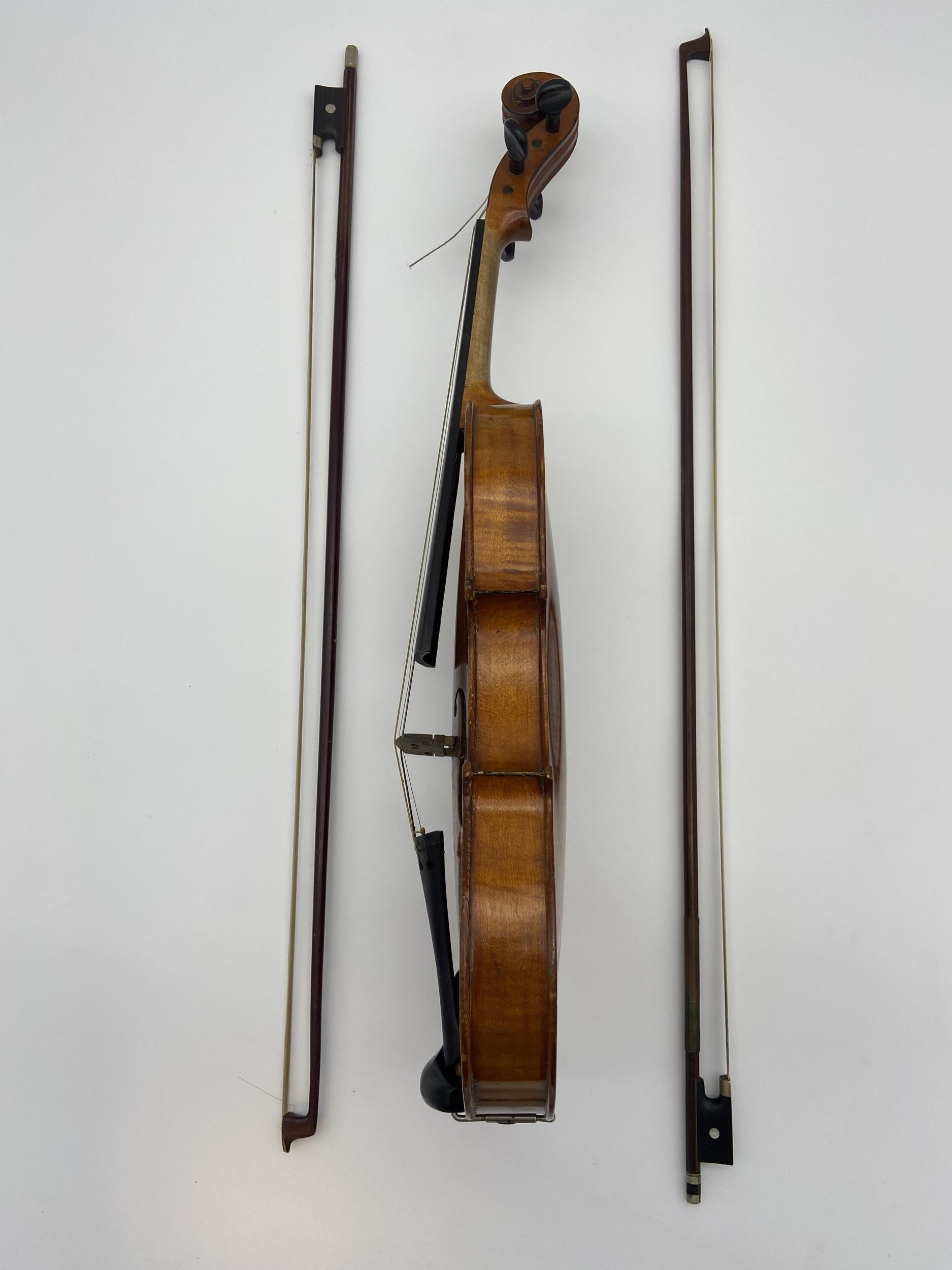 Antique Le Marquis Delair D'Oiseaux Anno Paris Violin with case and two bows. One bow is impressed - Image 4 of 10