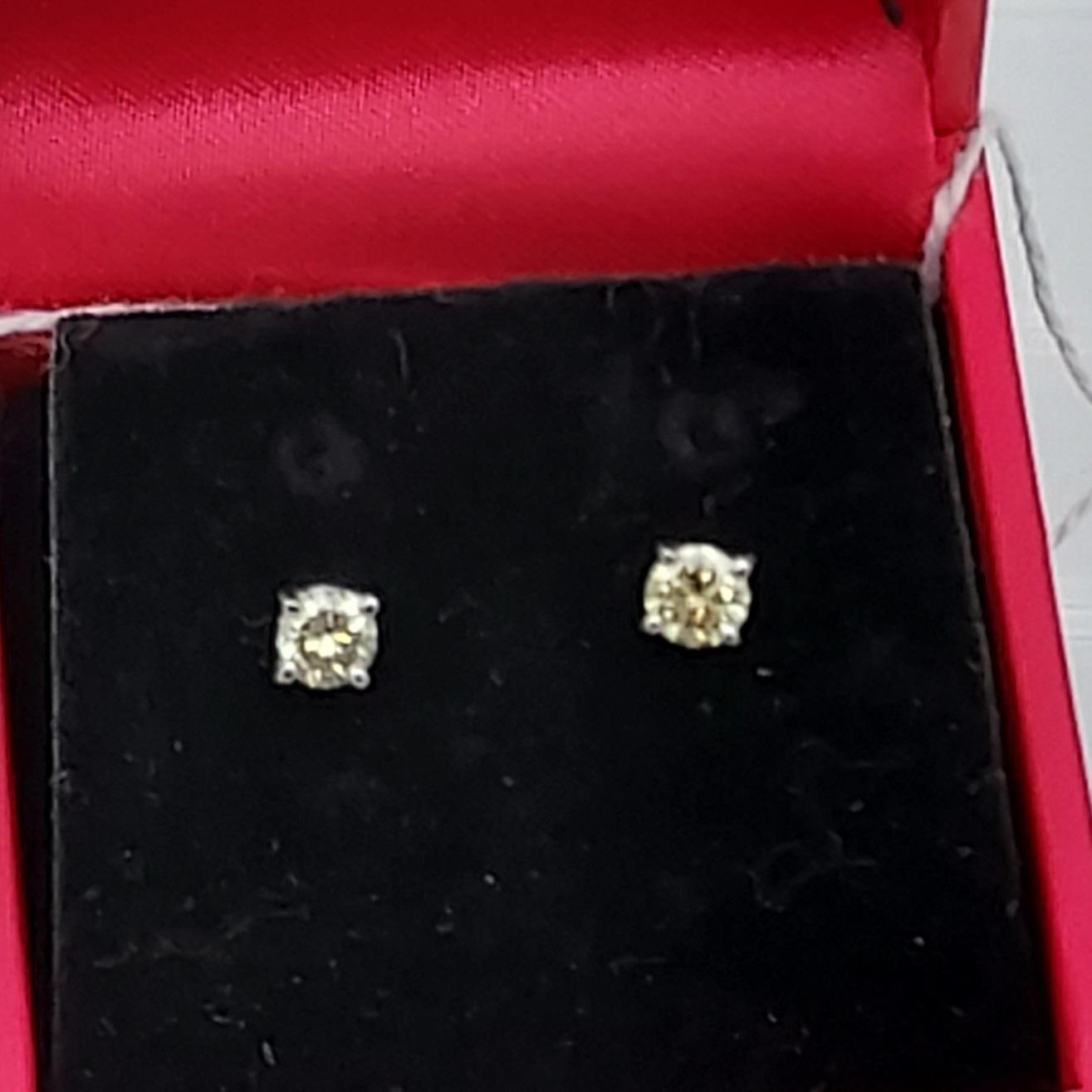 A pair of 14ct white gold diamond stud earrings [50] [0.61g] - Image 4 of 4