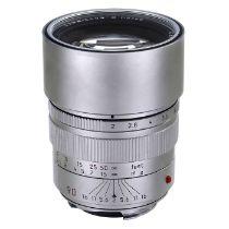 Leica Summicron-M 2/90 mm, um 1995 Leica Camera, Canada. Nr. 3703817. Silbern verchromte Ausführung.