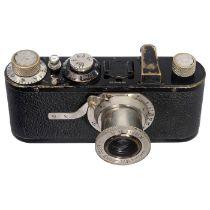 Leica I (Modell A), um 1930 Leitz, Wetzlar. Nr. 49618, mit Elmar 3,5/50 mm. Die Kamera befindet sich