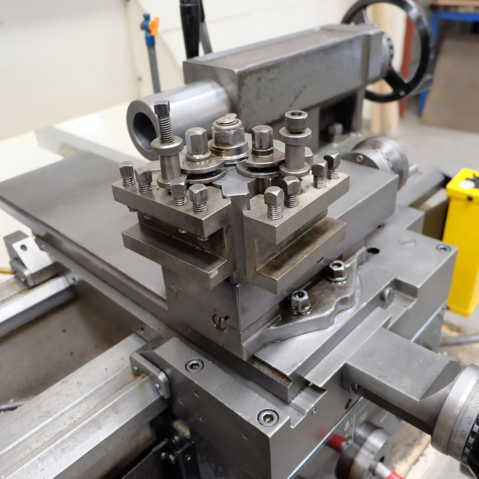 Colchester Triumph V5 2500 Variable Speed Centre Lathe. Swing Over Bed: 400mm. - Image 6 of 12
