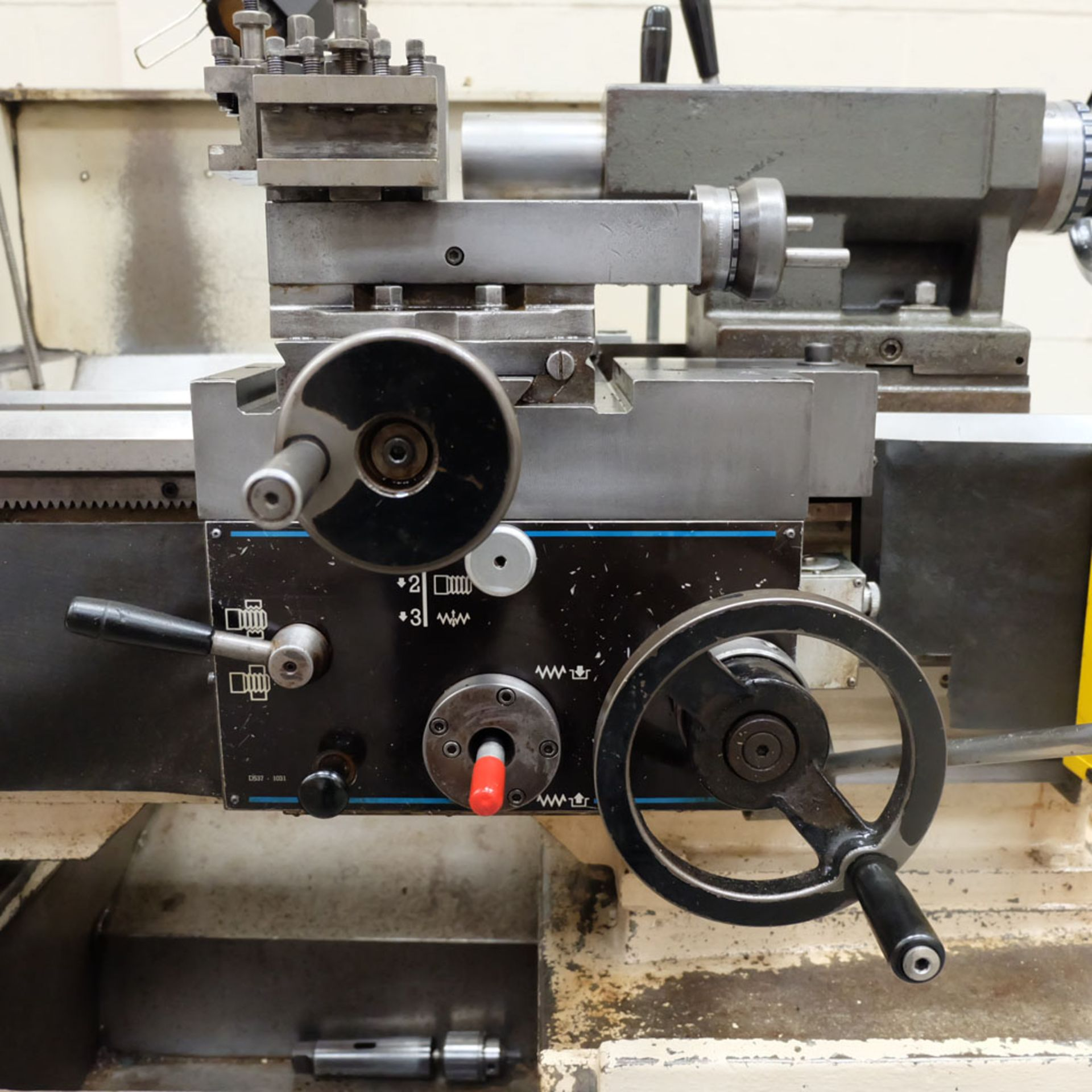 Colchester Triumph V5 2500 Variable Speed Centre Lathe. Swing Over Bed: 400mm. - Image 4 of 12