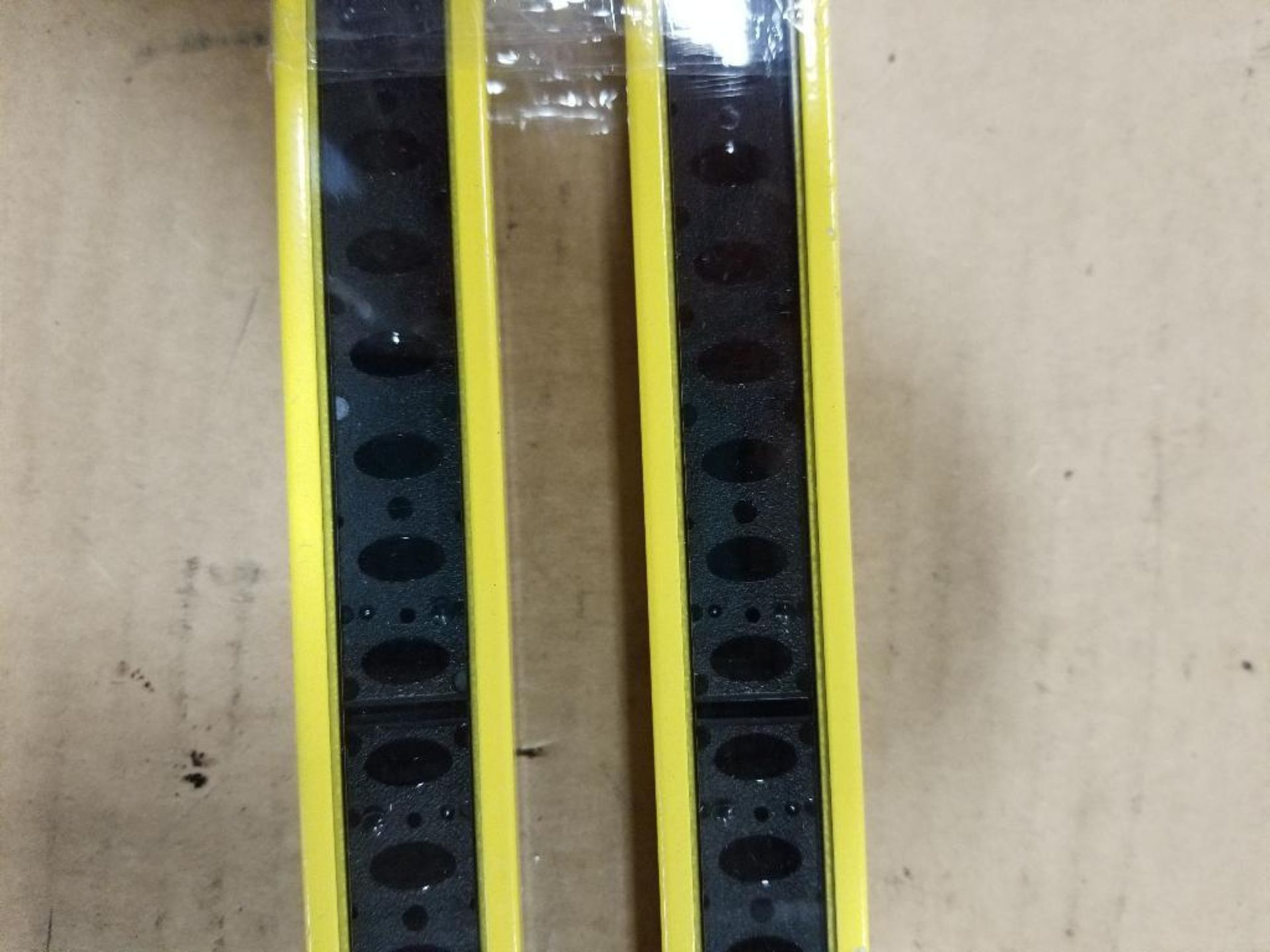 Banner Micro-Screen Light curtain transmitter / receiver set. USR3624YP2, USE3624YP2. - Image 4 of 5