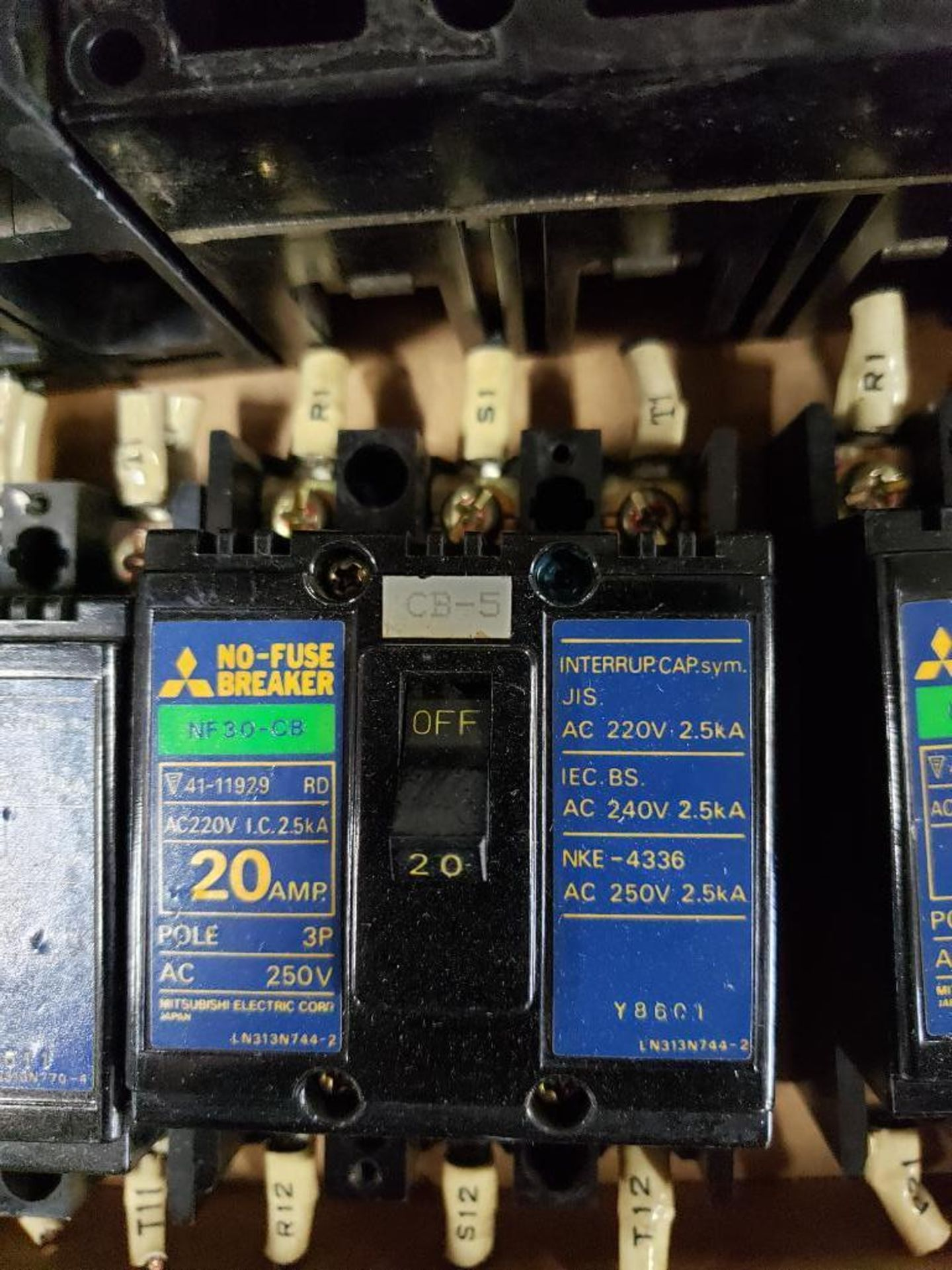 Assorted molded case breakers. Siemens, GE, Mitsubishi. - Image 4 of 8