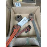 (LOT) RIGID PIPE THREADER WITH PIPE WRENCHES