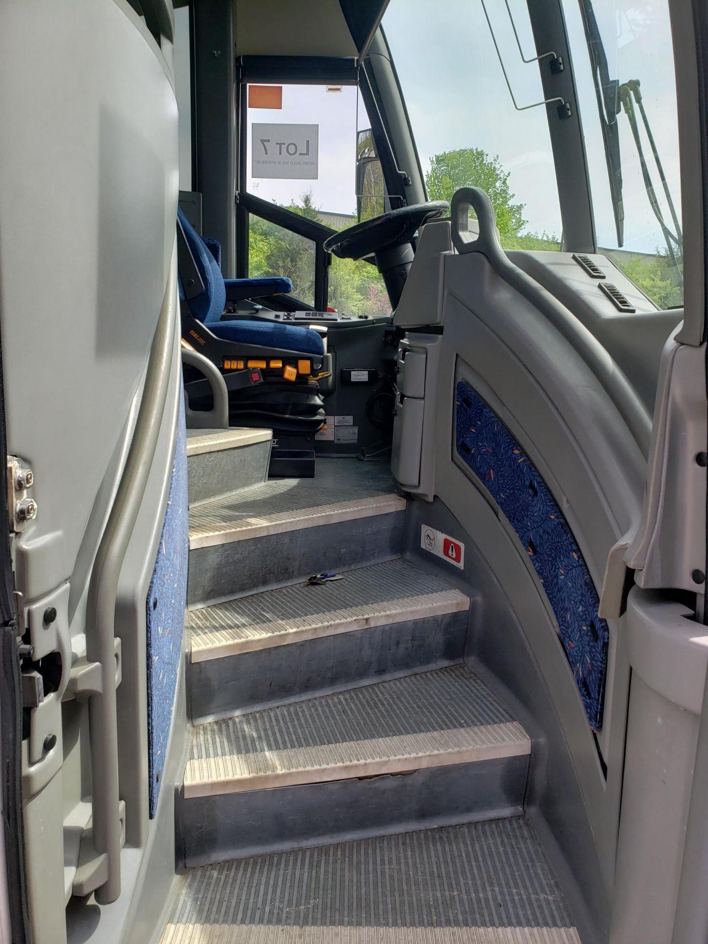 2005 MCI J4500 56-Pass Kneeling Coach Bus - Image 5 of 18