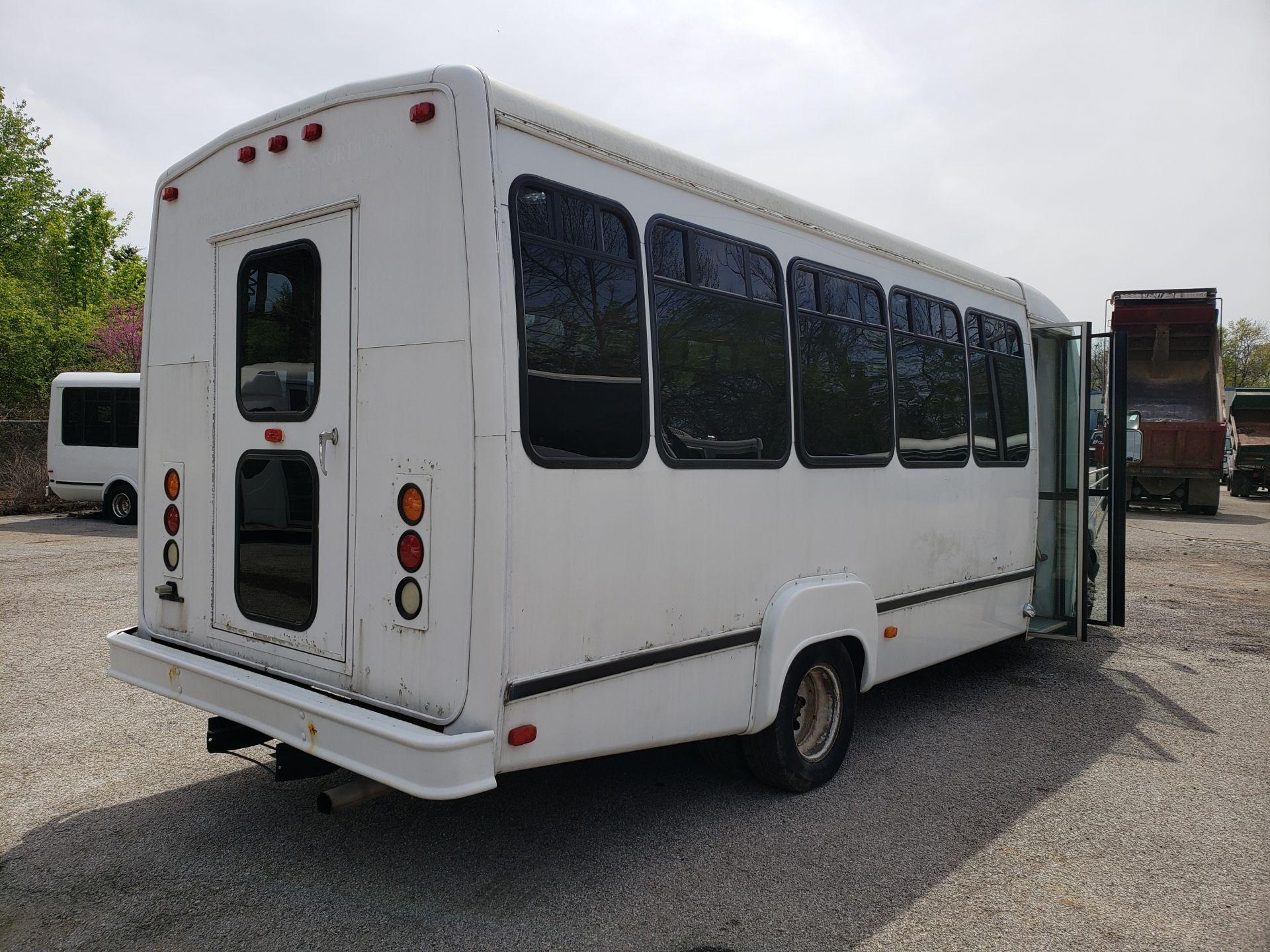 2005 Ford E450SD 25-Pass Goshen Shuttle Bus - Image 3 of 13
