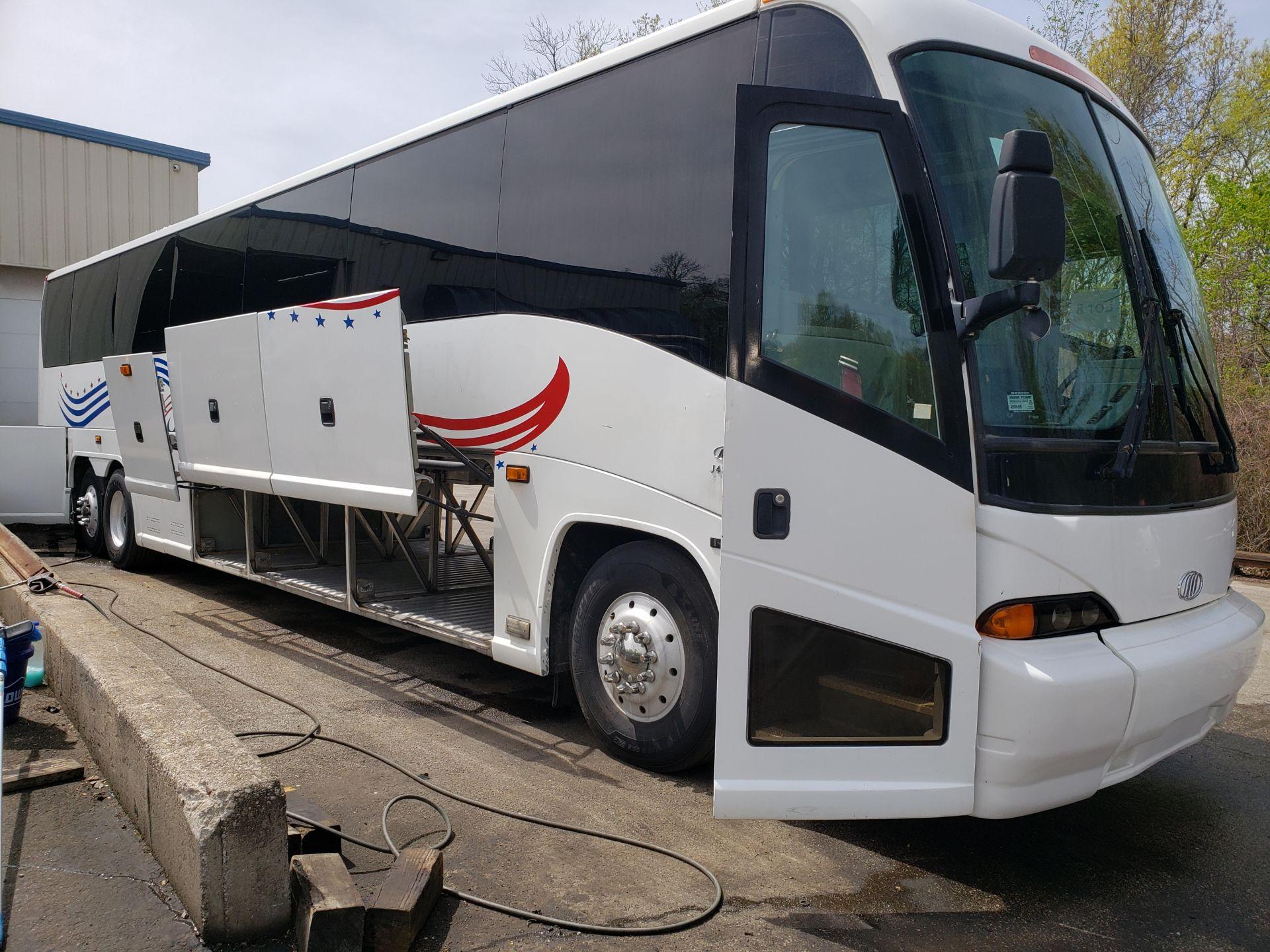 2005 MCI J4500 56-Pass Kneeling Coach Bus - Image 5 of 20