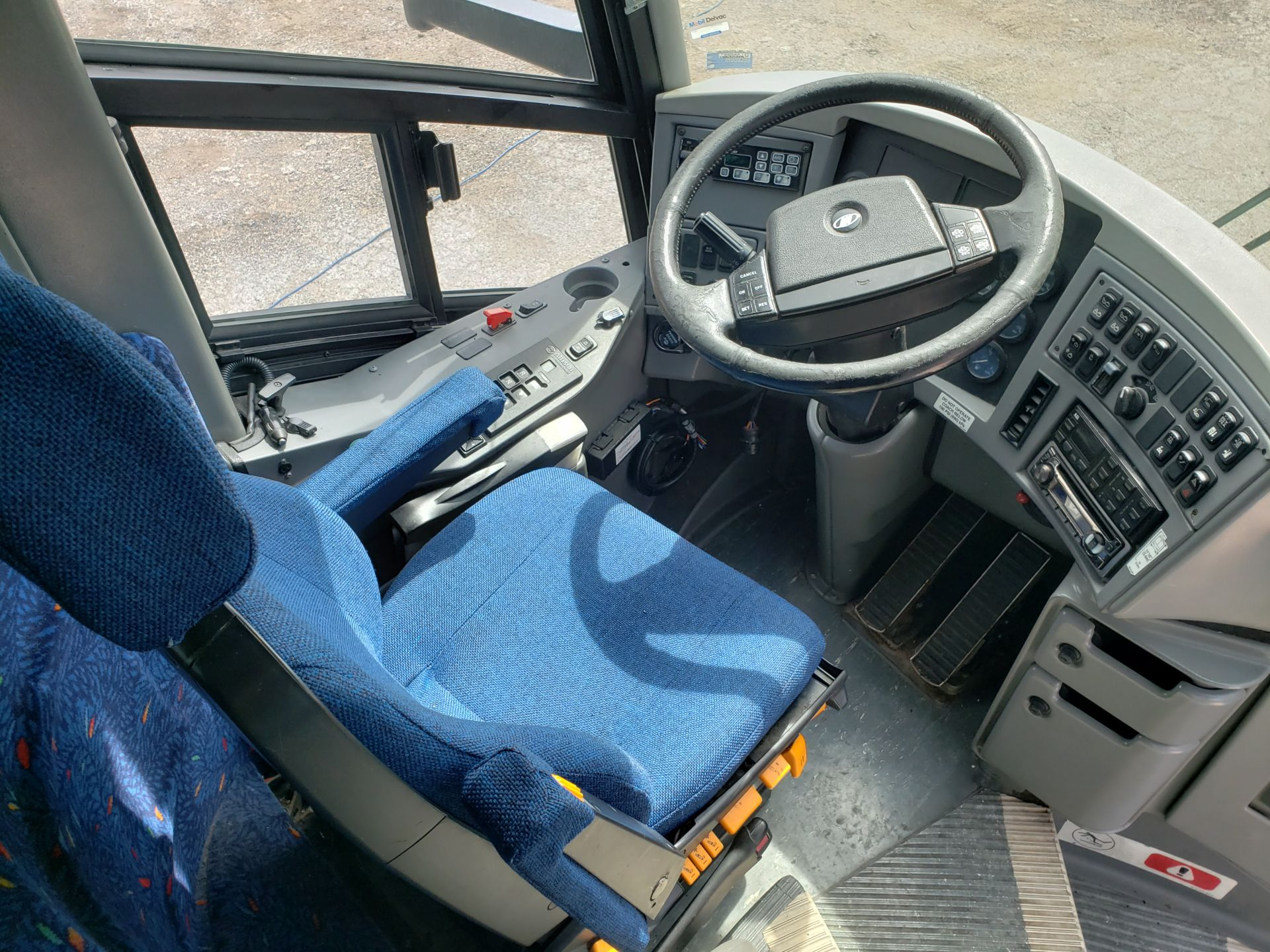 2005 MCI J4500 56-Pass Kneeling Coach Bus - Image 6 of 18
