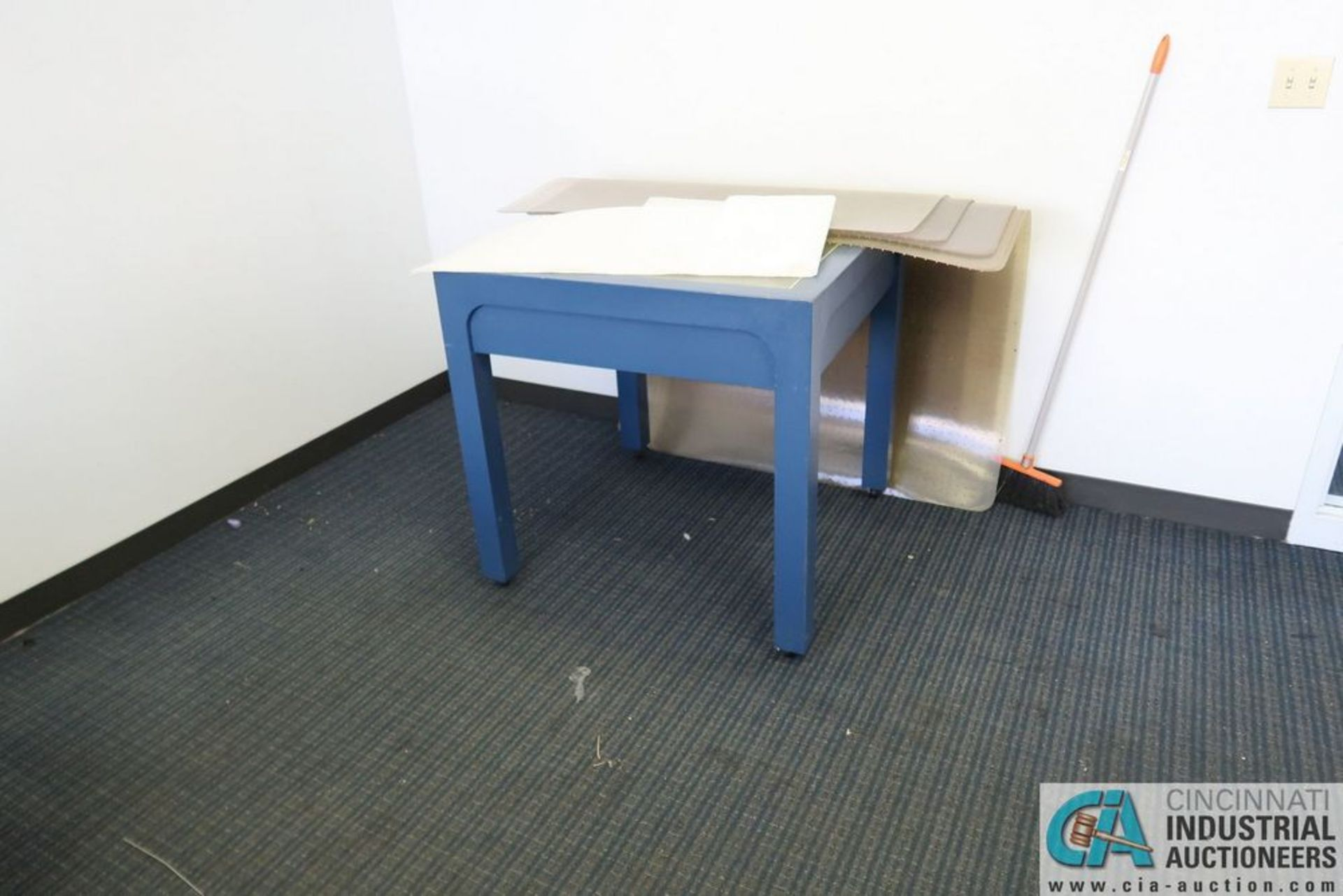 CONTENTS OF OFFICE INCLUDING U-SHAPED DESK, TABLE **OFFICE FURNITURE ONLY - NO ELECTRONICS** - Image 2 of 2
