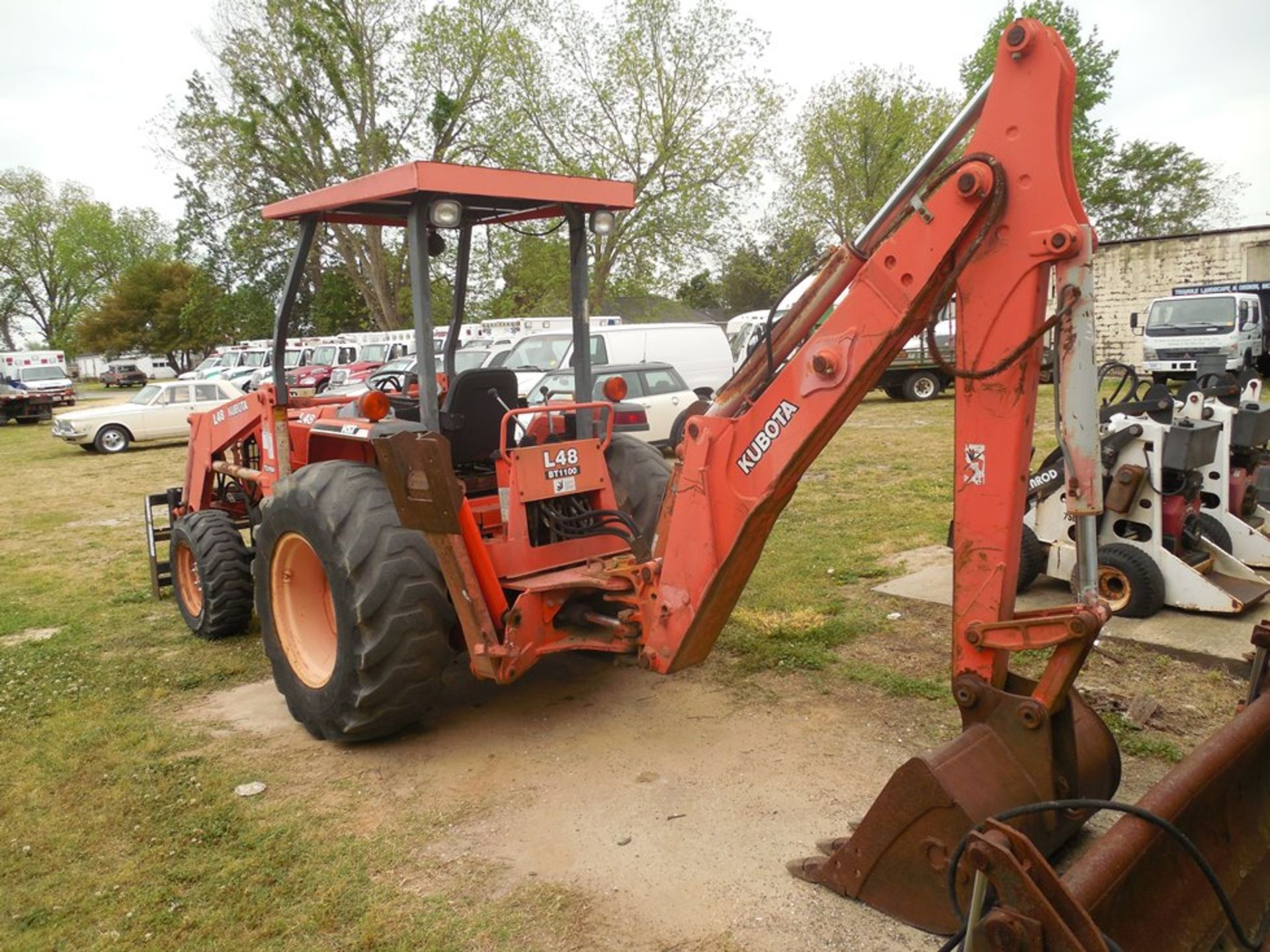 Kubota L48 Tractor Hydrostat trans. 4wd, forks and 4 in 1 bucket, backhoe attachement - Image 5 of 7