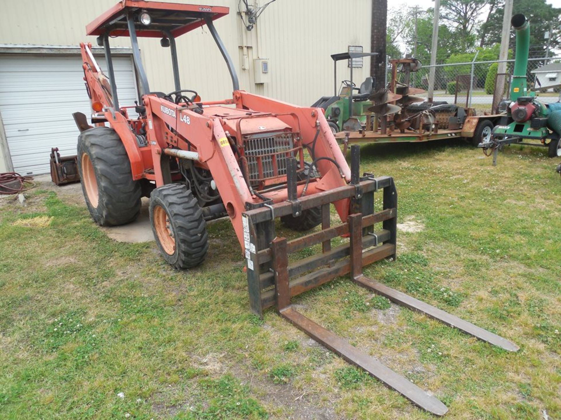 Kubota L48 Tractor Hydrostat trans. 4wd, forks and 4 in 1 bucket, backhoe attachement - Image 3 of 7