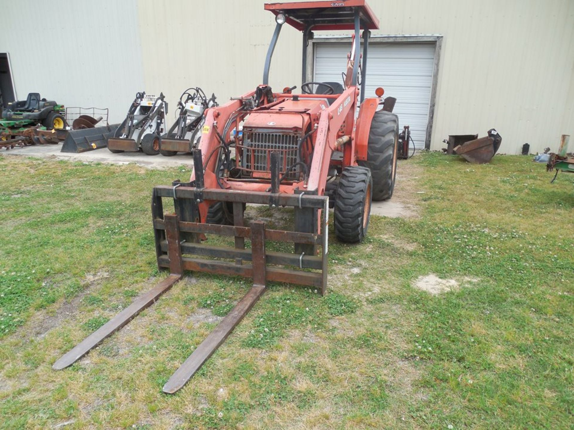 Kubota L48 Tractor Hydrostat trans. 4wd, forks and 4 in 1 bucket, backhoe attachement - Image 2 of 7