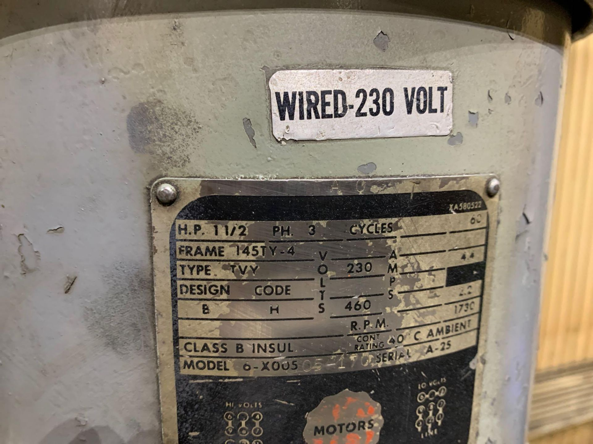 "Bridgeport 2J Vertical Milling Machine Variable Speed Head S/N 132833 CAPACITIES Table size: 9"" X 42 - Image 10 of 12"