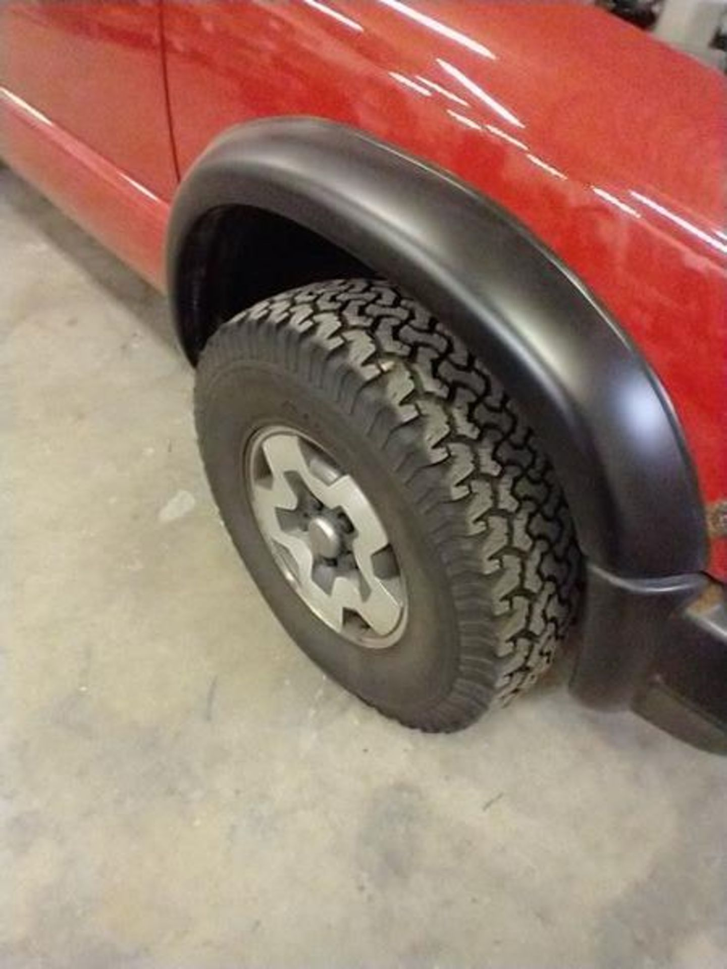 """2003 MANUAL CHEVY S10 TRUCK WITH 78"""" PLOW - NEEDS BREAKS - 109837 MILES - VIN 1GCCT19X938234959 - Image 5 of 9"""