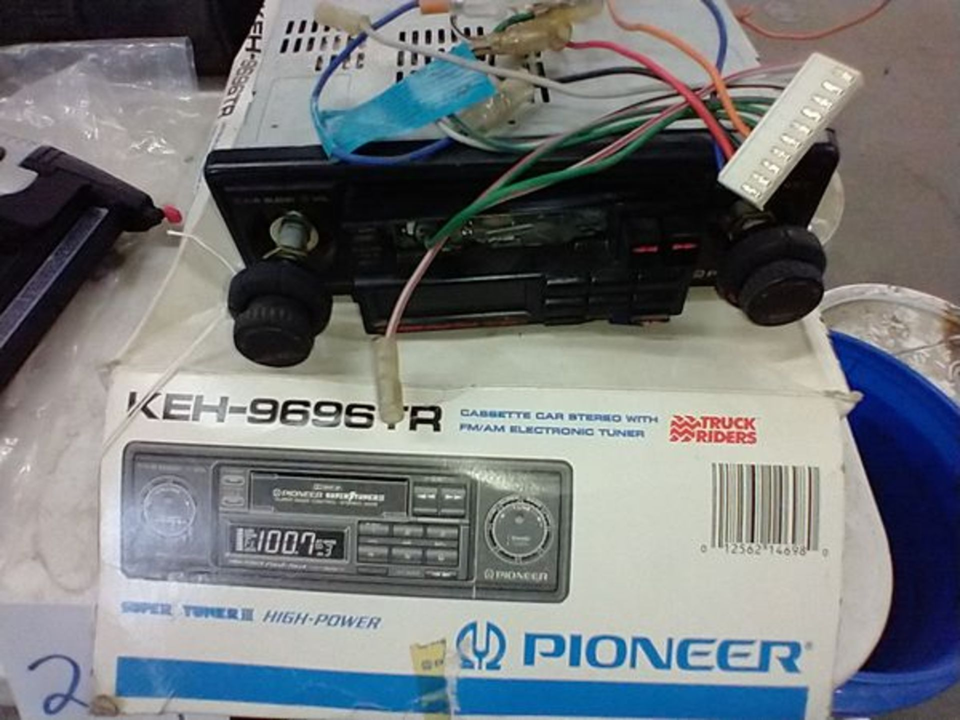CAR SETEROS - PIONEEK KEH-9696TR AND JVC KS-RT50 WITH BOX OF PARTS - Image 3 of 5