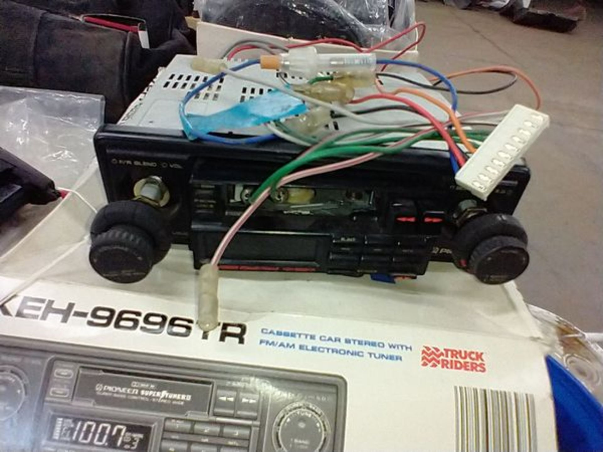 CAR SETEROS - PIONEEK KEH-9696TR AND JVC KS-RT50 WITH BOX OF PARTS - Image 2 of 5
