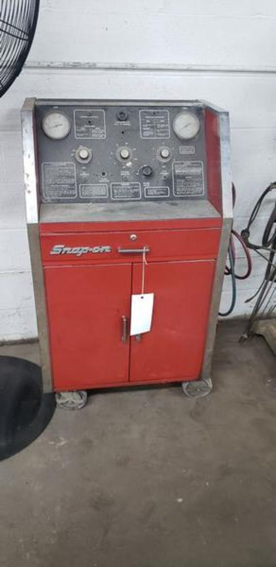 SNAP ON ACT2000 REFRIGERANT RECYCLING RECOVERY SYSTEM PLUS CONTENTS OF CABINET