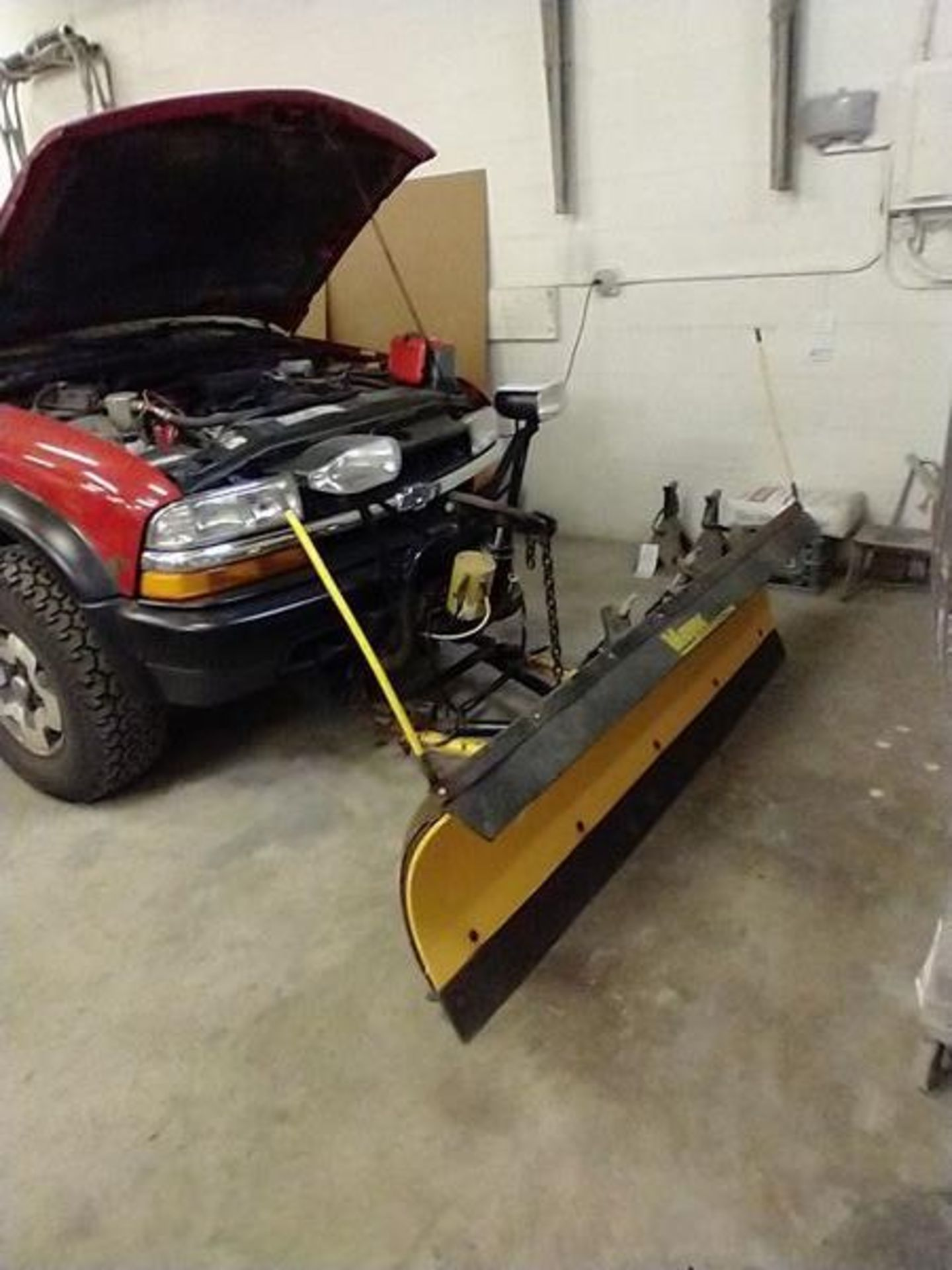 """2003 MANUAL CHEVY S10 TRUCK WITH 78"""" PLOW - NEEDS BREAKS - 109837 MILES - VIN 1GCCT19X938234959 - Image 3 of 9"""