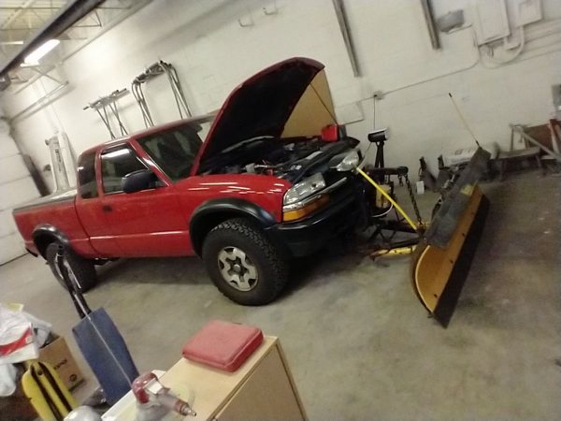 """2003 MANUAL CHEVY S10 TRUCK WITH 78"""" PLOW - NEEDS BREAKS - 109837 MILES - VIN 1GCCT19X938234959 - Image 2 of 9"""