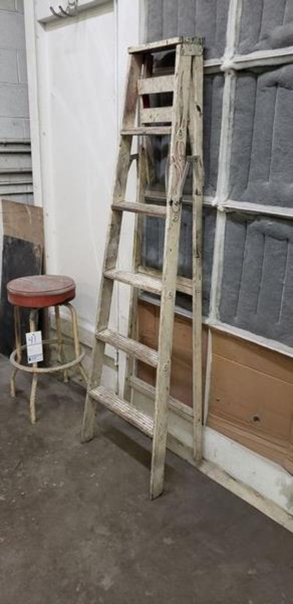 W6' WOODEN LADDER - Image 2 of 2