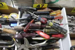 LARGE QTY OF SCREW DRIVERS & SCRAPERS