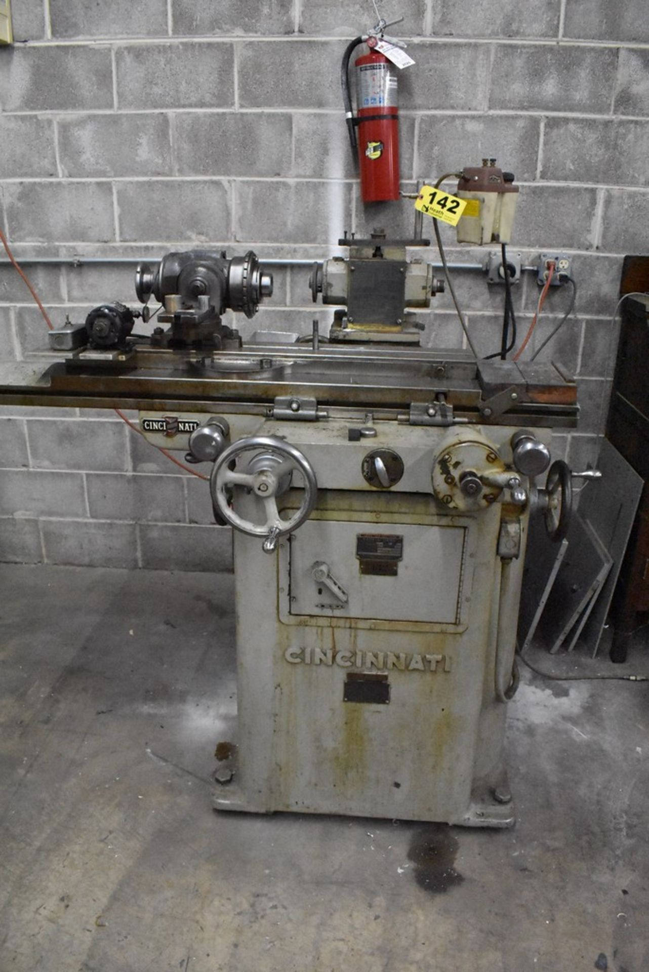 CINCINNATI NO. 2 TOOL AND CUTTER GRINDER, S/N 1D2T1Z-771, WITH MOTORIZED WORK HEAD - Image 8 of 14