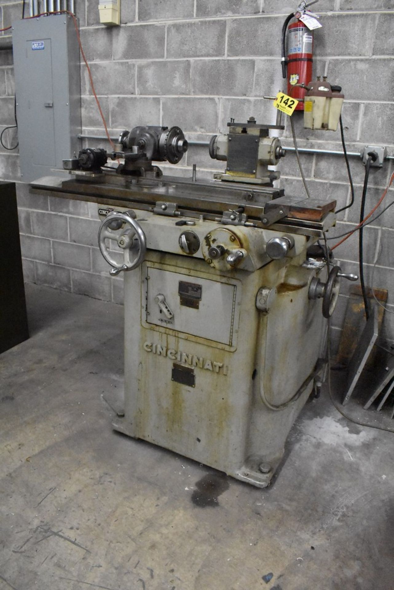 CINCINNATI NO. 2 TOOL AND CUTTER GRINDER, S/N 1D2T1Z-771, WITH MOTORIZED WORK HEAD