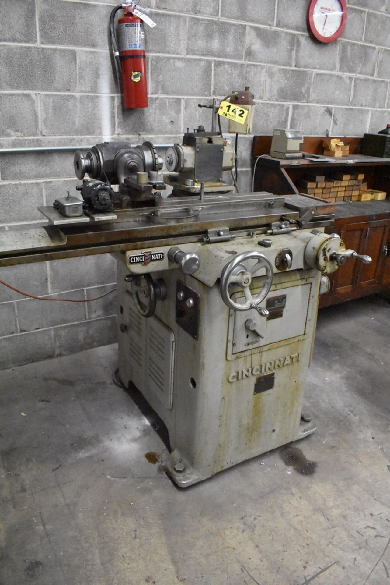 CINCINNATI NO. 2 TOOL AND CUTTER GRINDER, S/N 1D2T1Z-771, WITH MOTORIZED WORK HEAD - Image 5 of 14