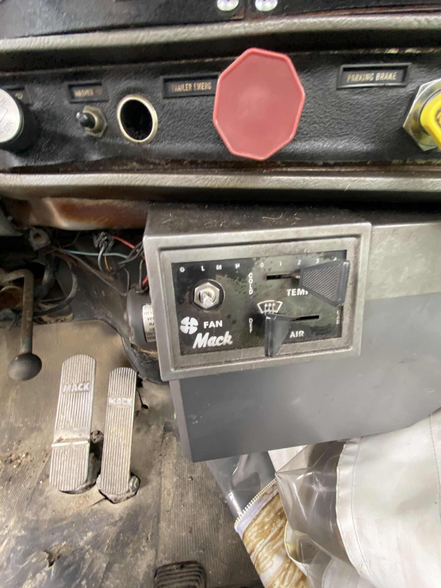 1986 Mack RD688SX Tandem Axle Tractor VIN 1M2P143Y8GA004351, Meter Reads 301,625 Miles, Day Cab, - Image 20 of 22